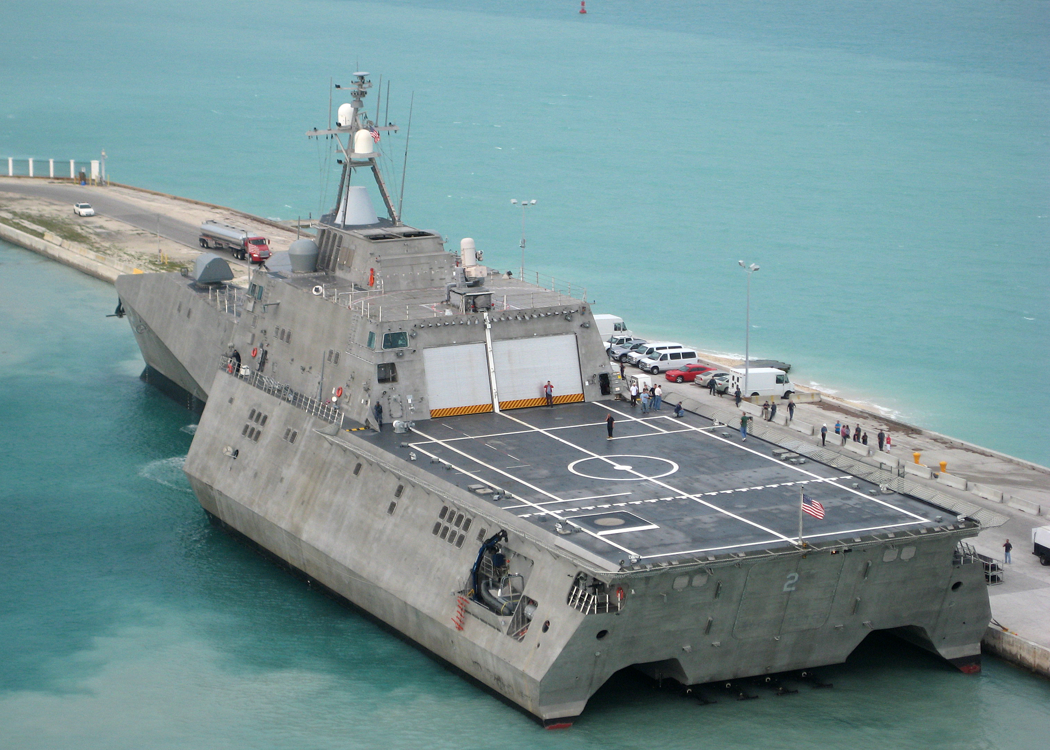 armée americaine US_Navy_100329-N-1481K-293_USS_Independence_%28LCS_2%29_arrives_at_Mole_Pier_at_Naval_Air_Station_Key_West