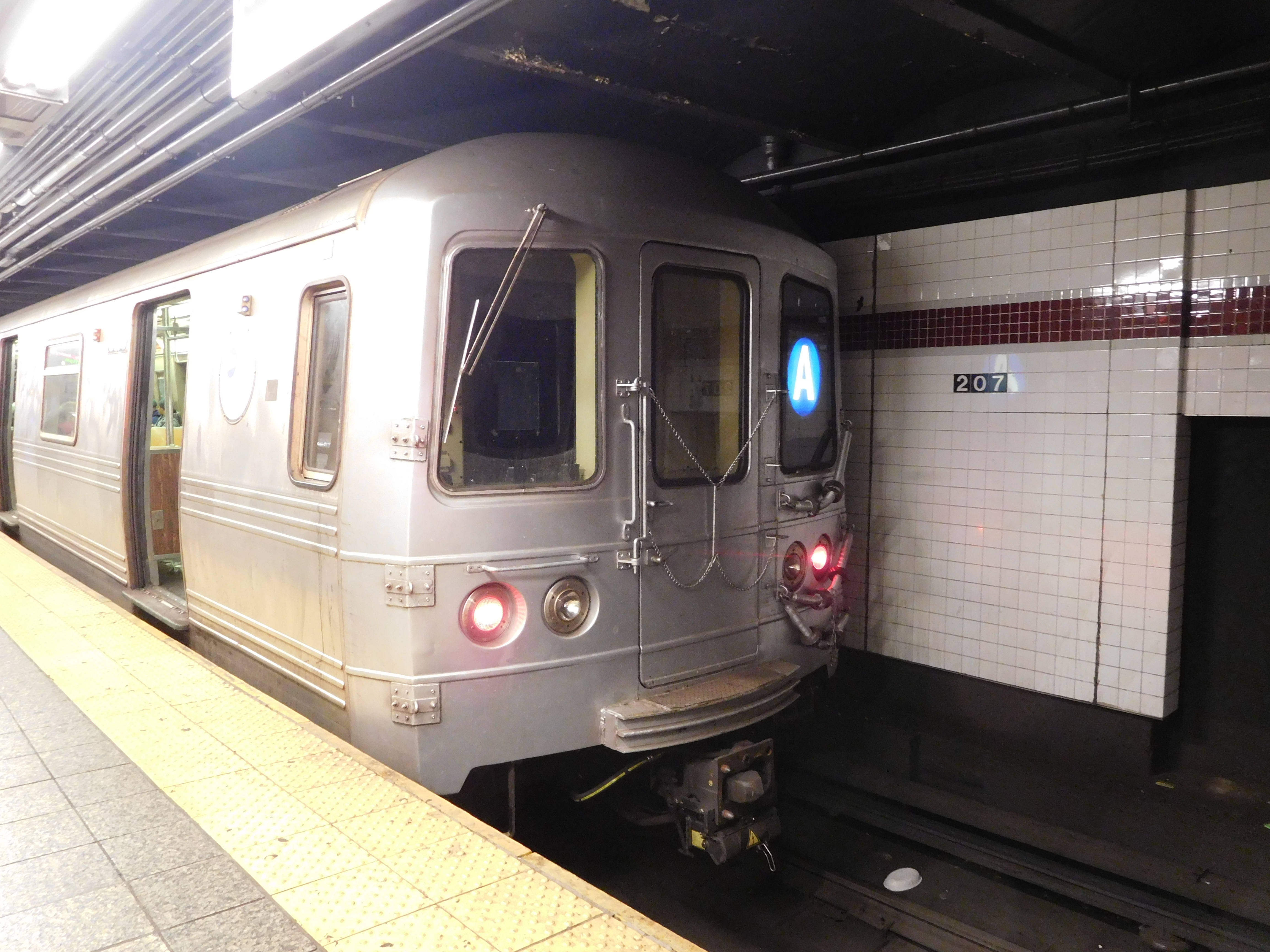 File An A Train In R46 Service At Inwood 207th Street Jpg Wikimedia Commons