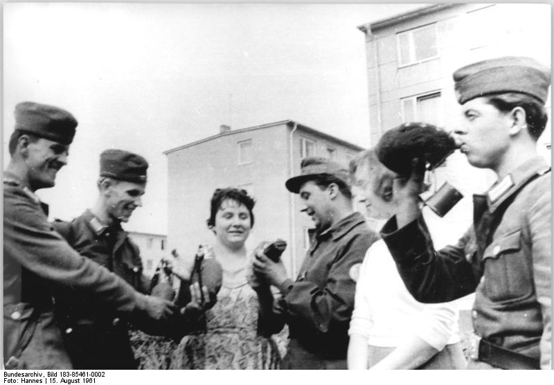 Bundesarchiv Bild 183-85461-0002, Berlin, Mauerbau, Erfrischungen für Soldaten
