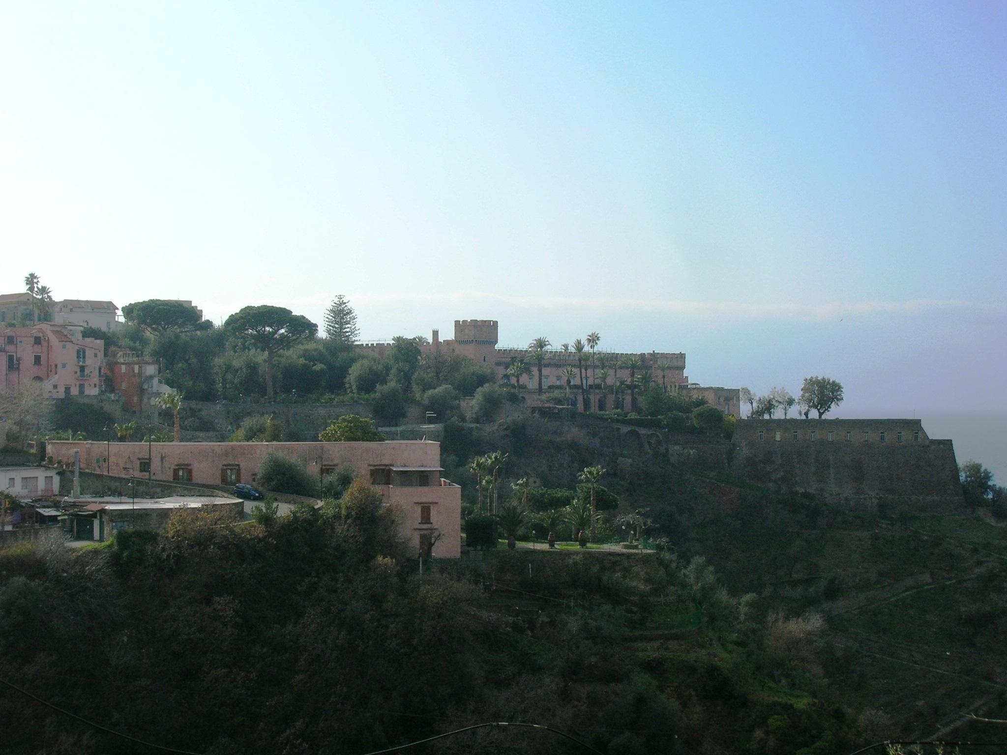 https://upload.wikimedia.org/wikipedia/commons/d/d0/Castello_Giusso_1.JPG