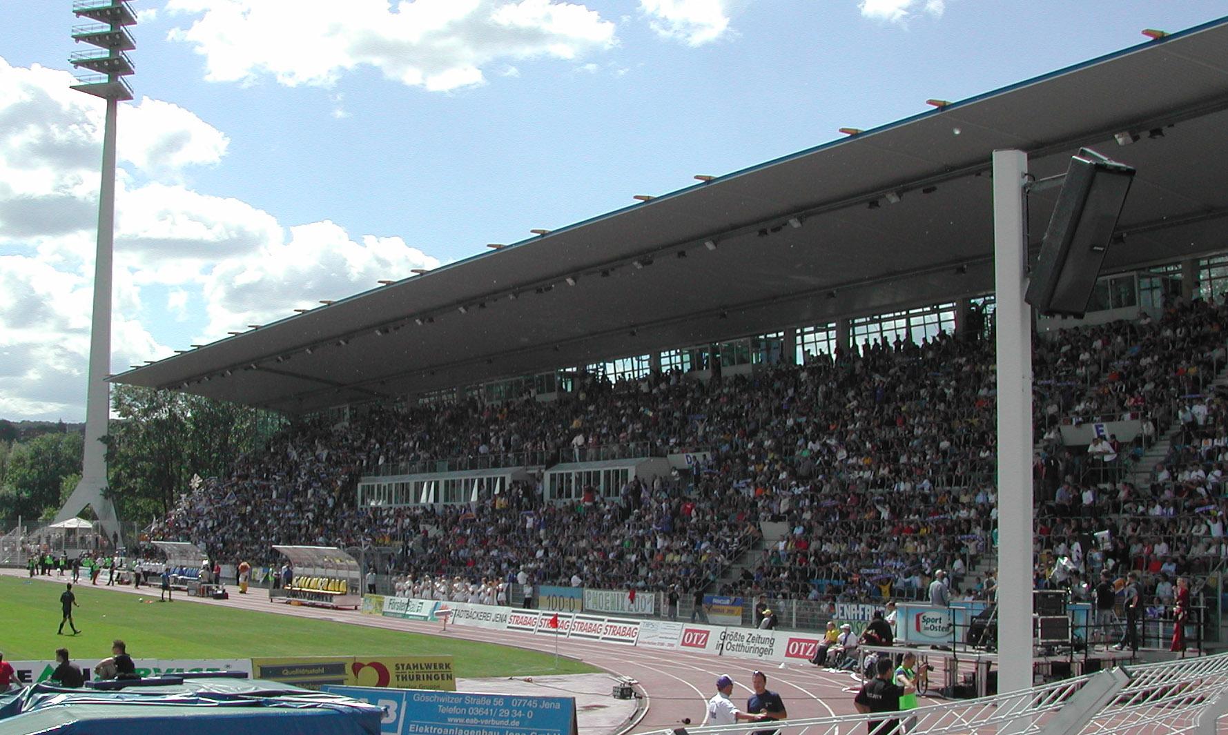 Ernst-Abbe-Sportfeld-Haupttribüne.jpg