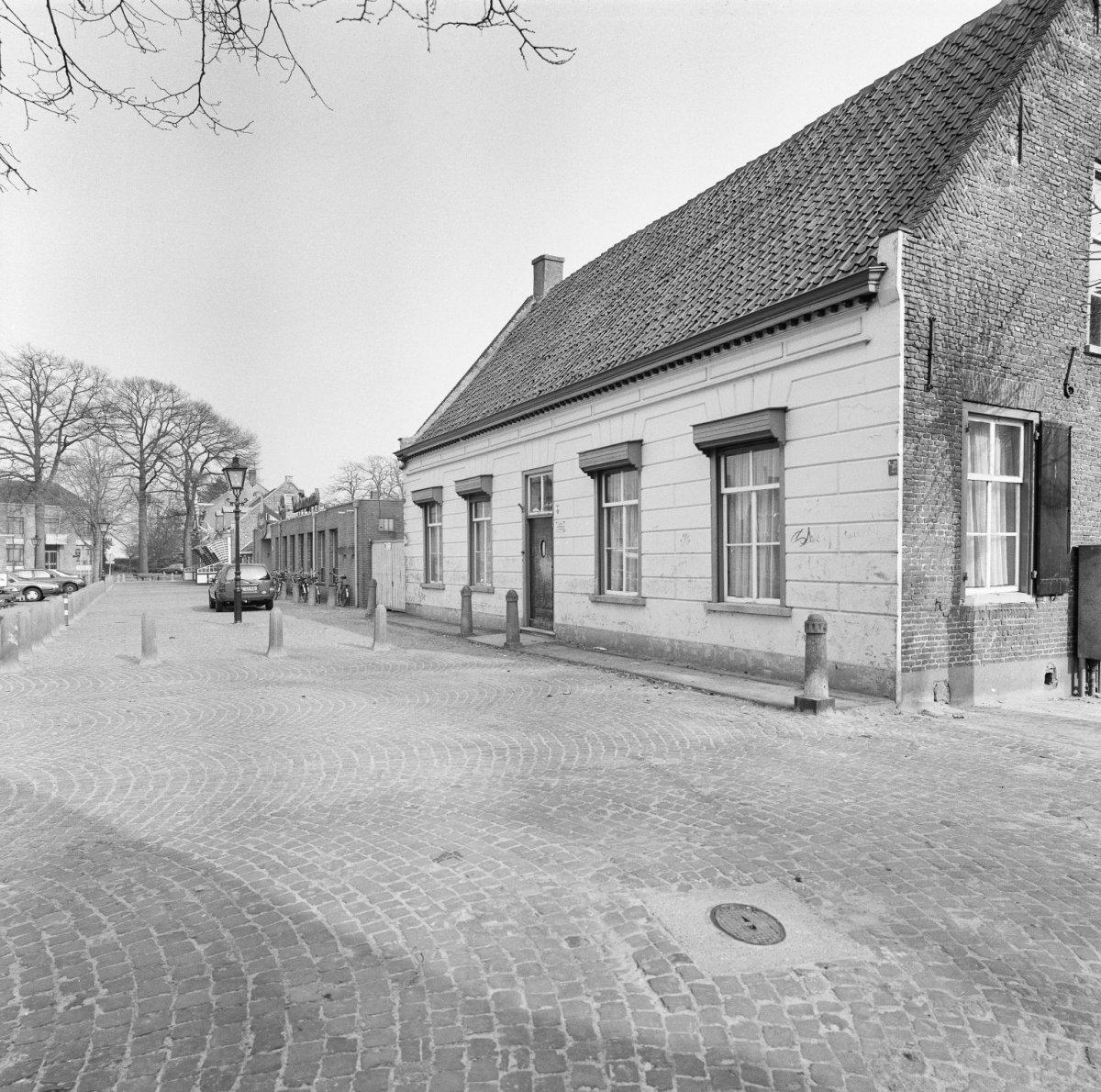 Huis met dwars zadeldak op hoge voor en lager achtergevel tussen zijtopgevels in moergestel - Tussen huis ...