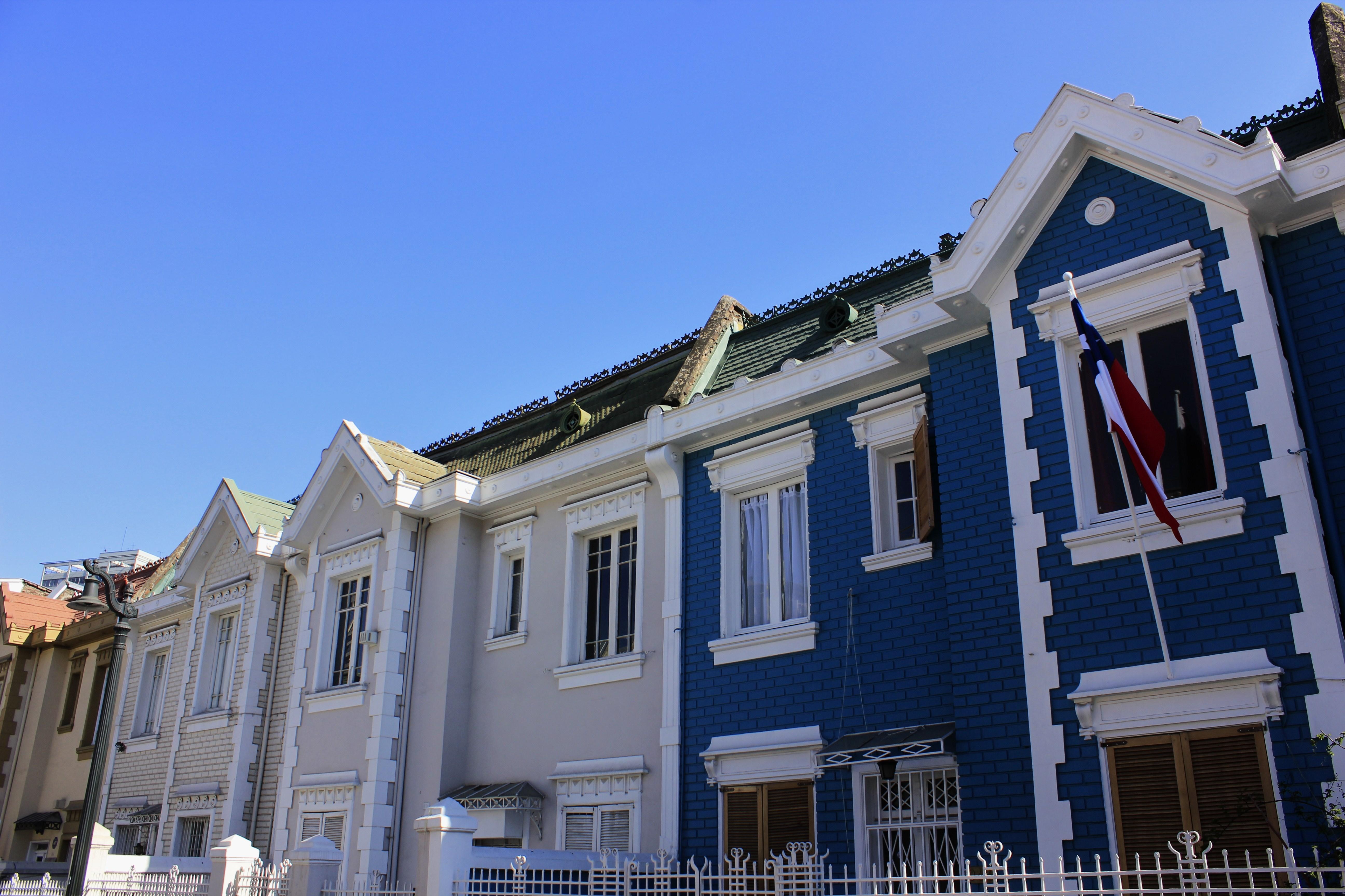 File fachada de casas calle vi a del mar jpg wikimedia for Casas jardin del mar