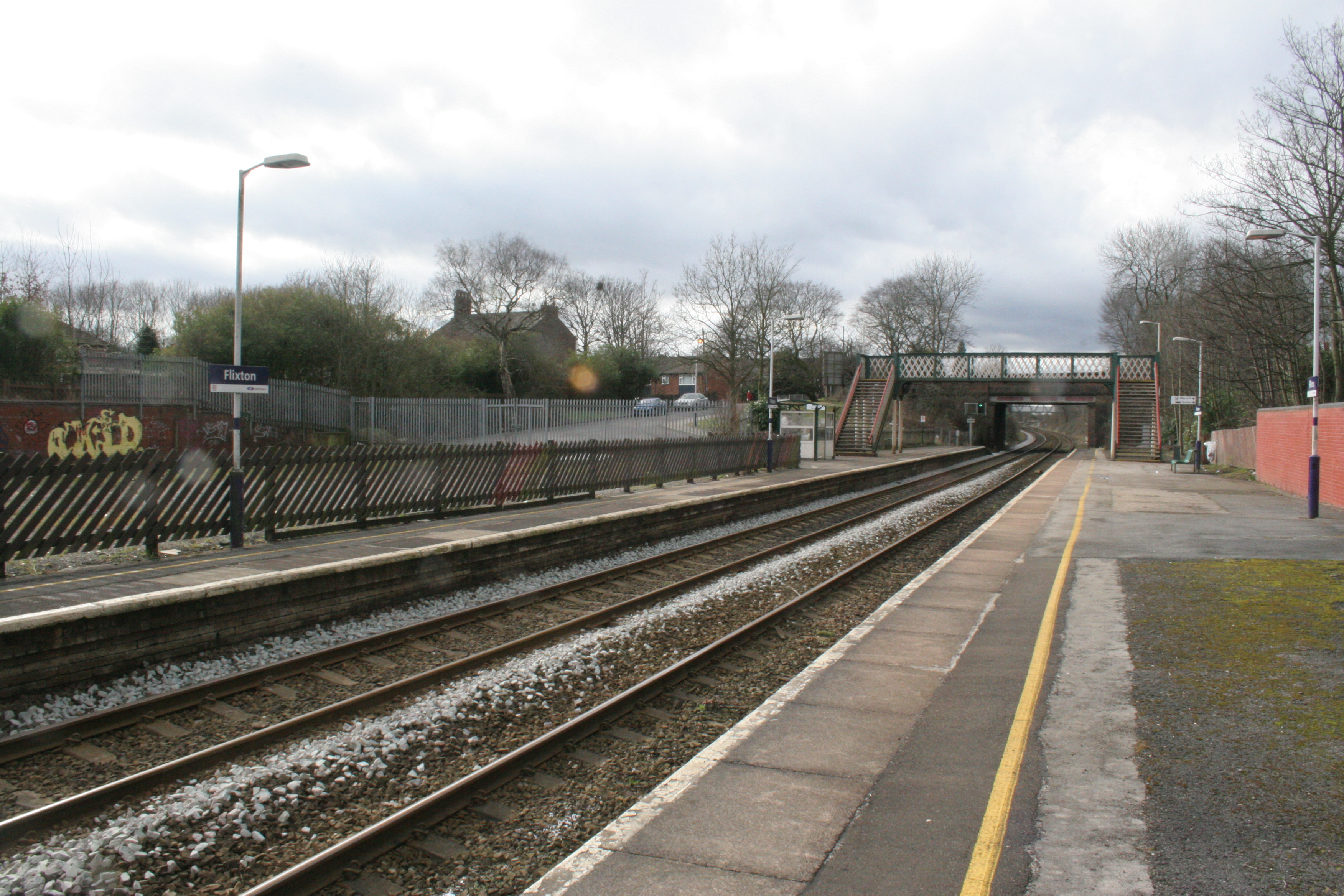 File:Flixton railway station manchester looking west.jpg ...