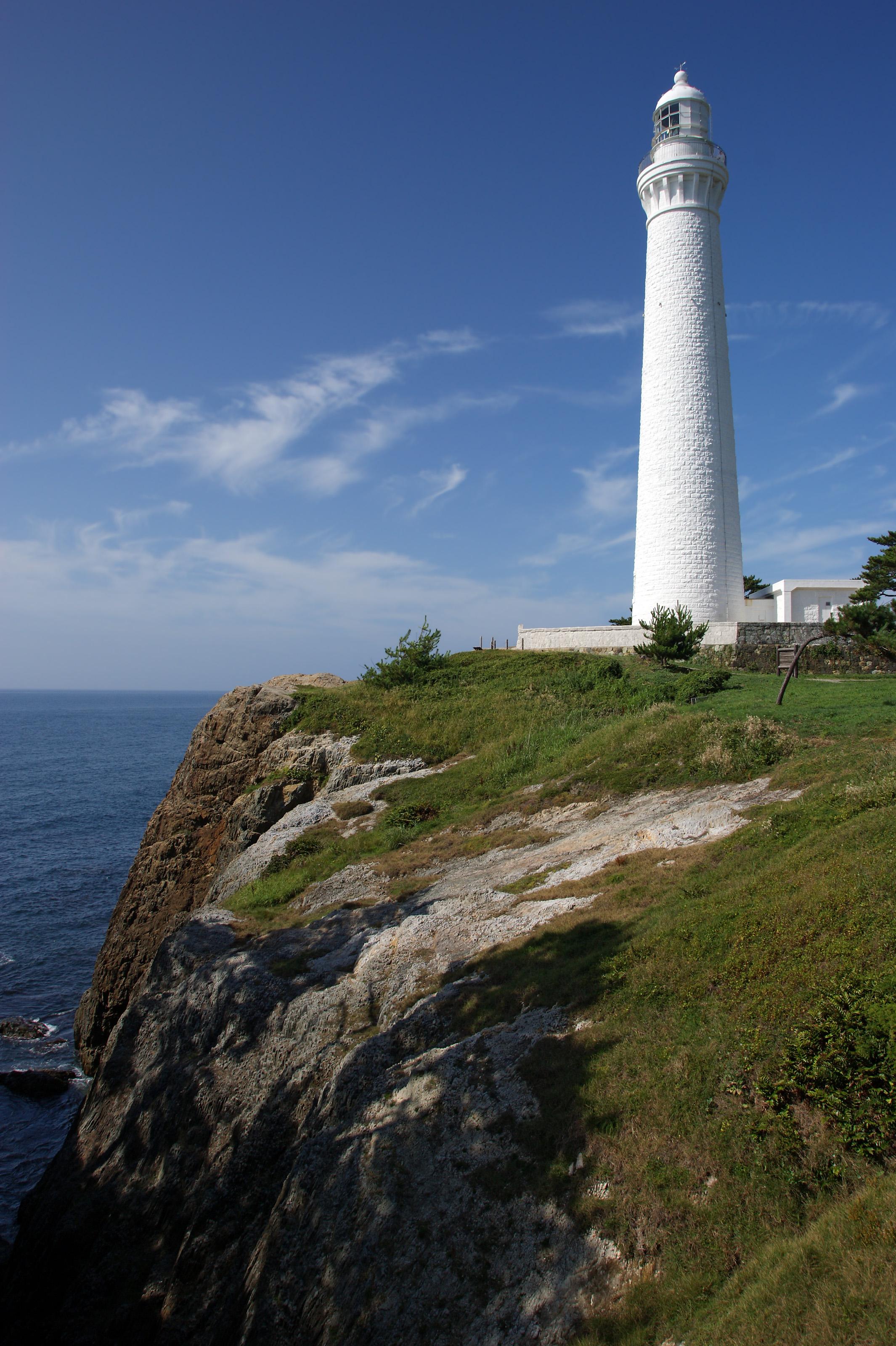 https://upload.wikimedia.org/wikipedia/commons/d/d0/Hinomisaki_lighthouse_Izumo01bs3200.jpg