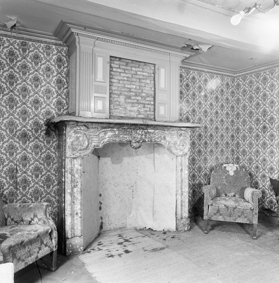 File interieur kamer met marmeren schouw met boezem for Kamer interieur