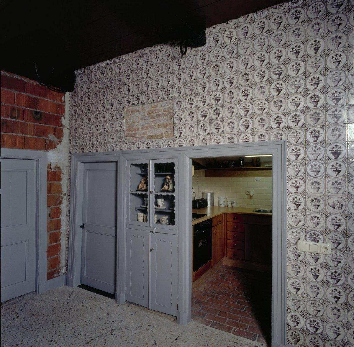 File interieur voorhuis kastenwand en zicht op keuken for Boerderij interieur