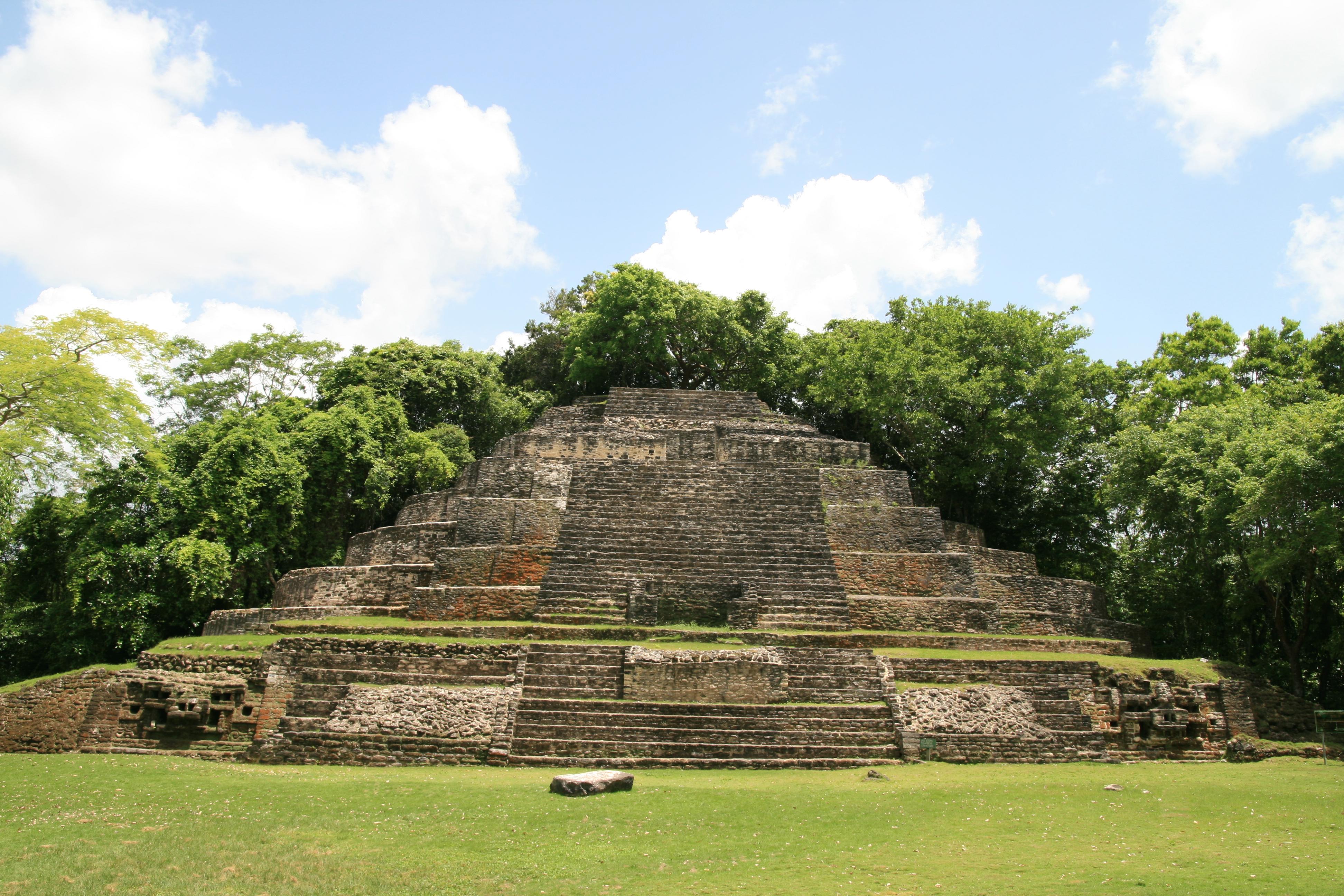 File Lamanai Jaguar Temple Jpg Wikimedia Commons