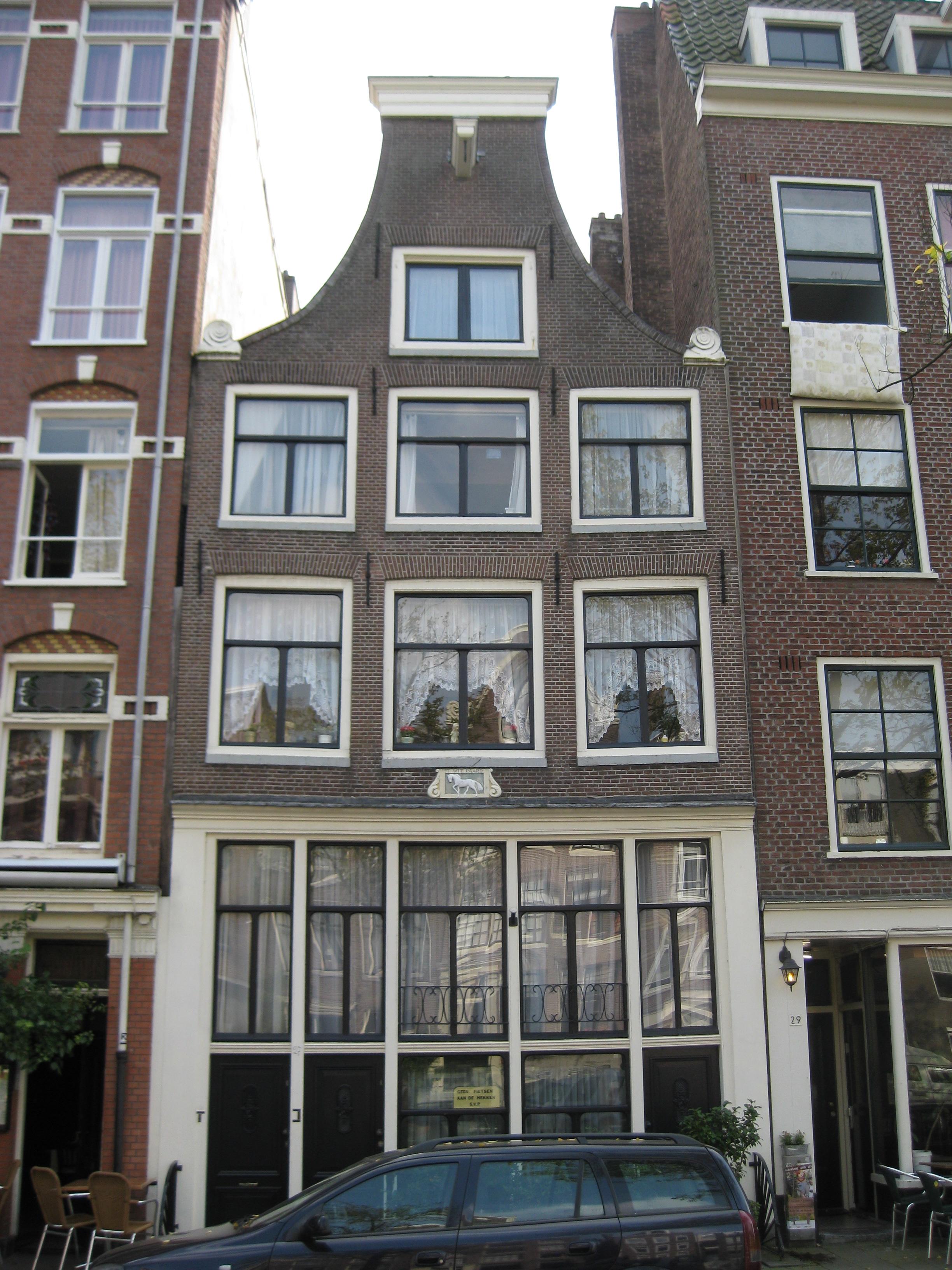 Huis met latere gevel onder klokvormige top met rollagen en afsluitende lijst in amsterdam - Huis gevel ...