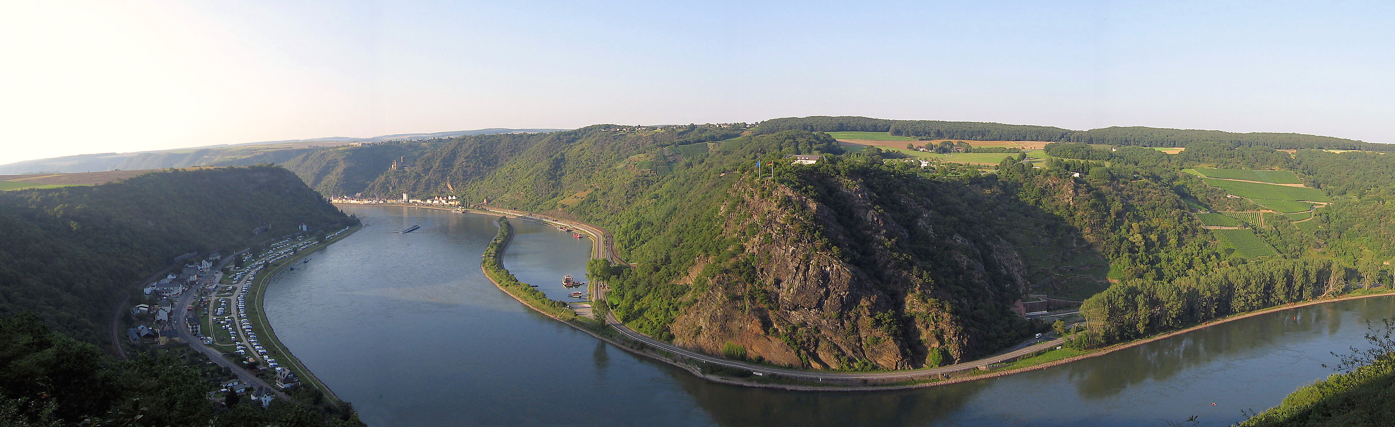 https://upload.wikimedia.org/wikipedia/commons/d/d0/Loreley_mit_tal_von_linker_rheinseite.jpg
