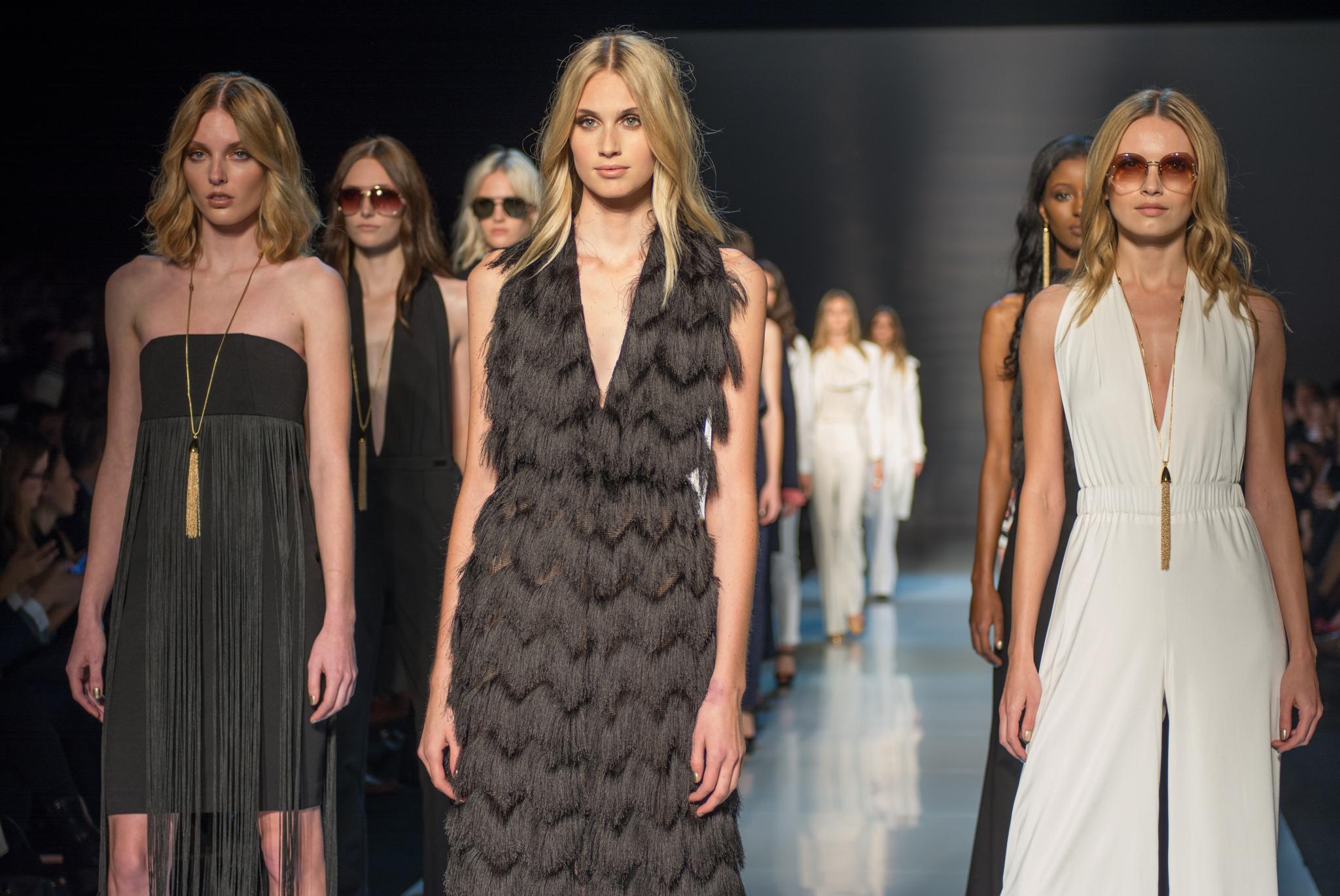 Mannequin Fashion Show Vs