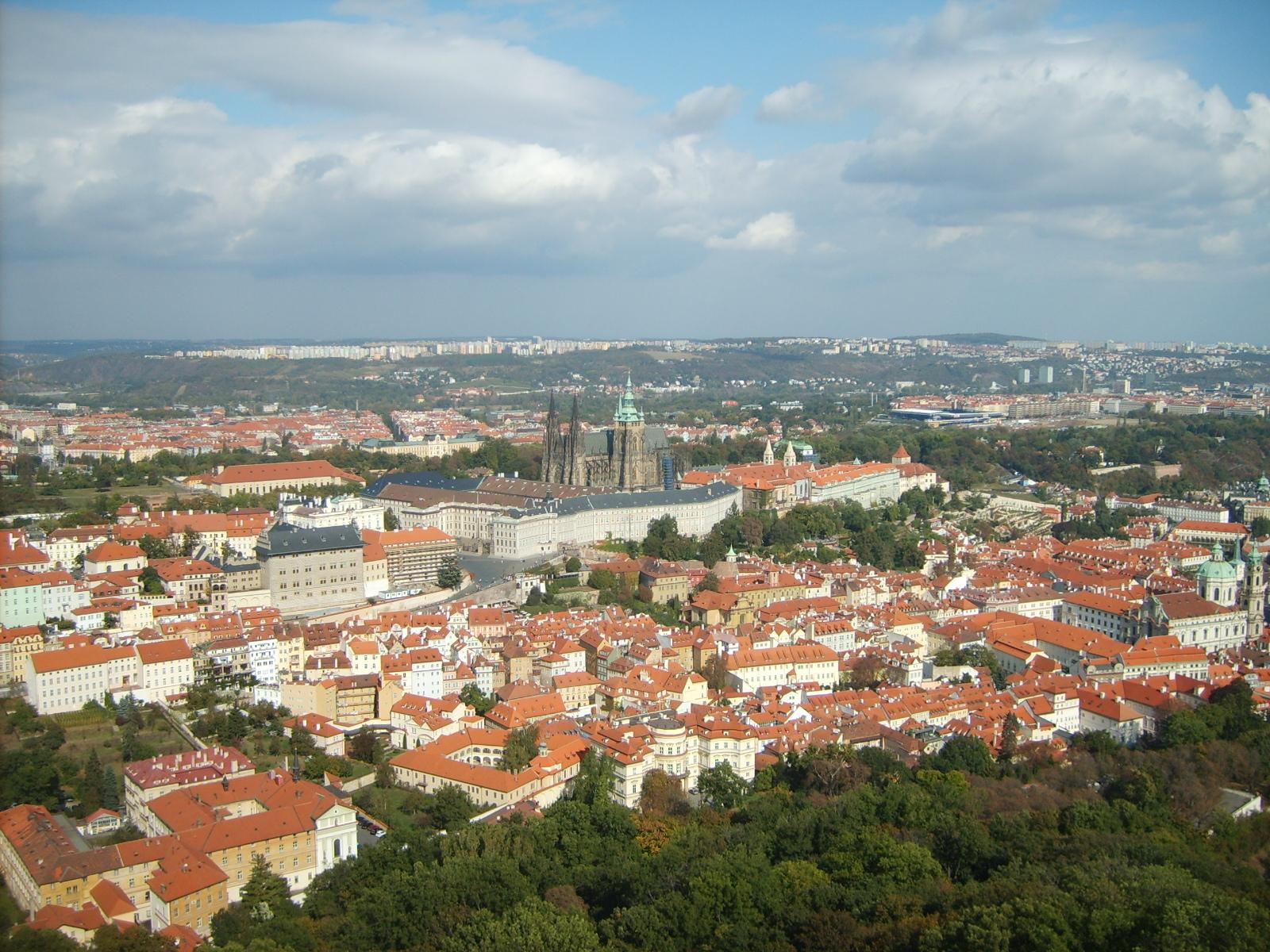 Pražský hrad, Letná a sídl. Severní Město z Petřínské rozhledny.JPG