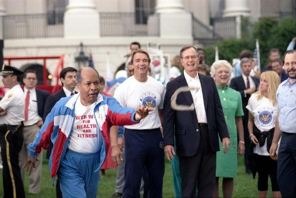 ¿Cuánto mide George H. W. Bush? - Real height President_and_Mrs._Bush_kick-off_the_Great_American_Workout_Month_with_Arnold_Schwarzenegger_and_Secretary_Louis_Sullivan