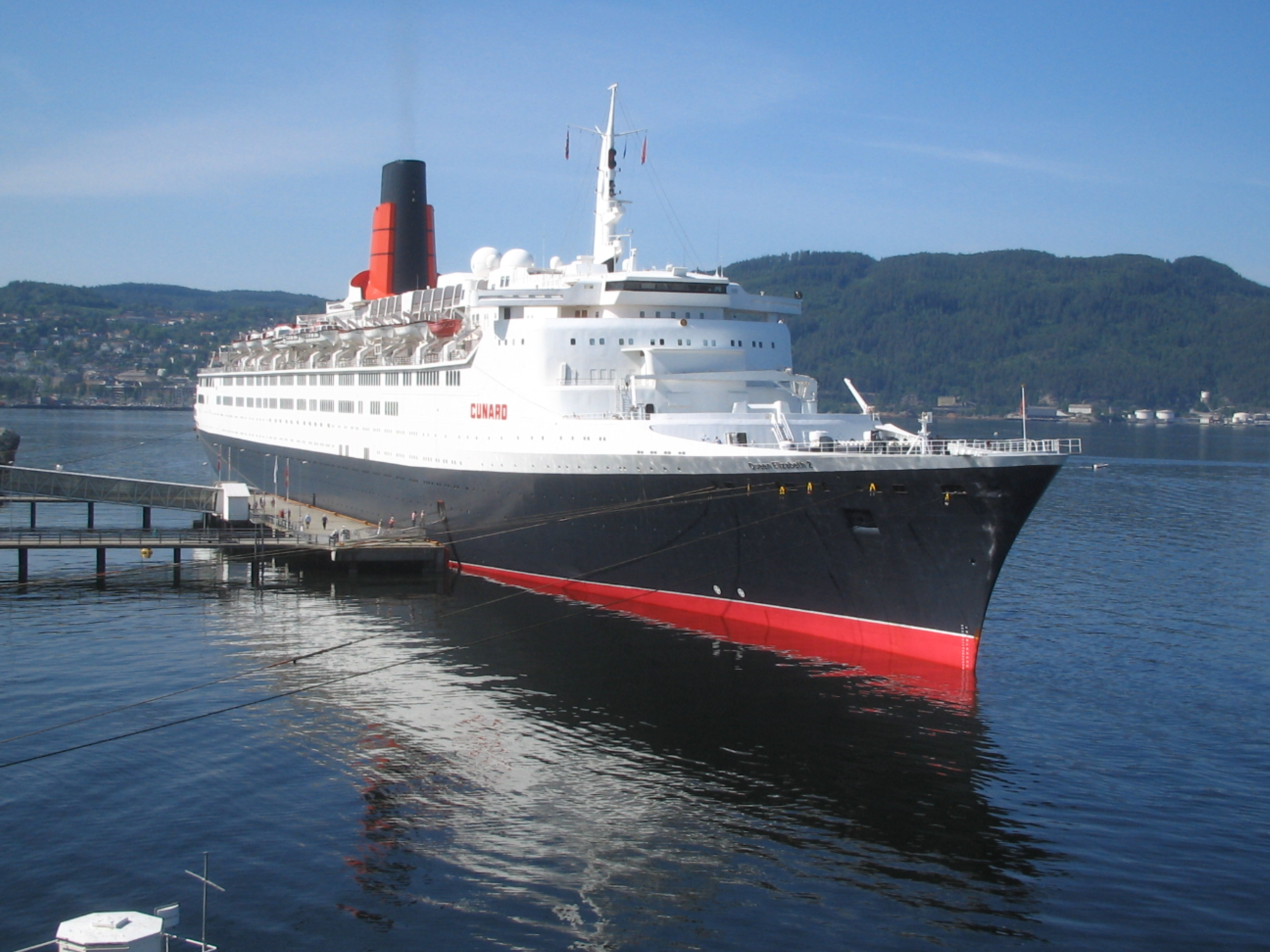 RMS_Queen_Elizabeth_2_in_Trondheim_2008.