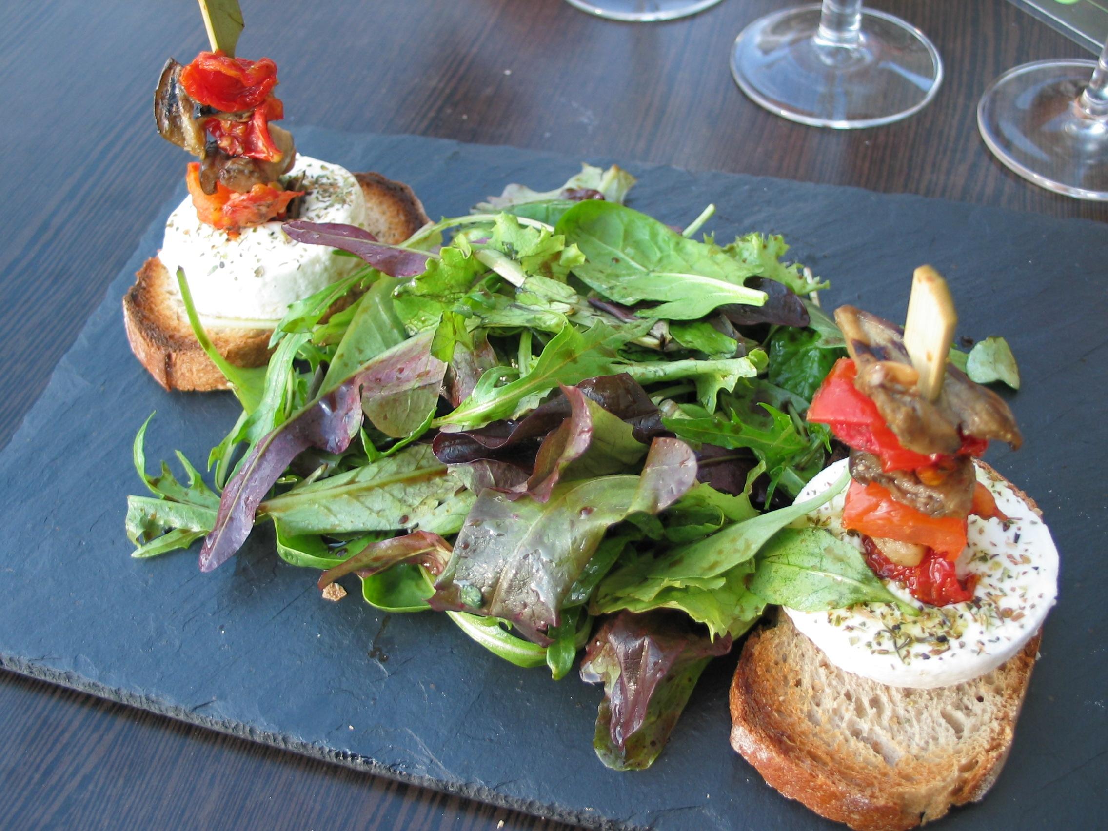 Français : Mesclun, petits légumes marinés et ...