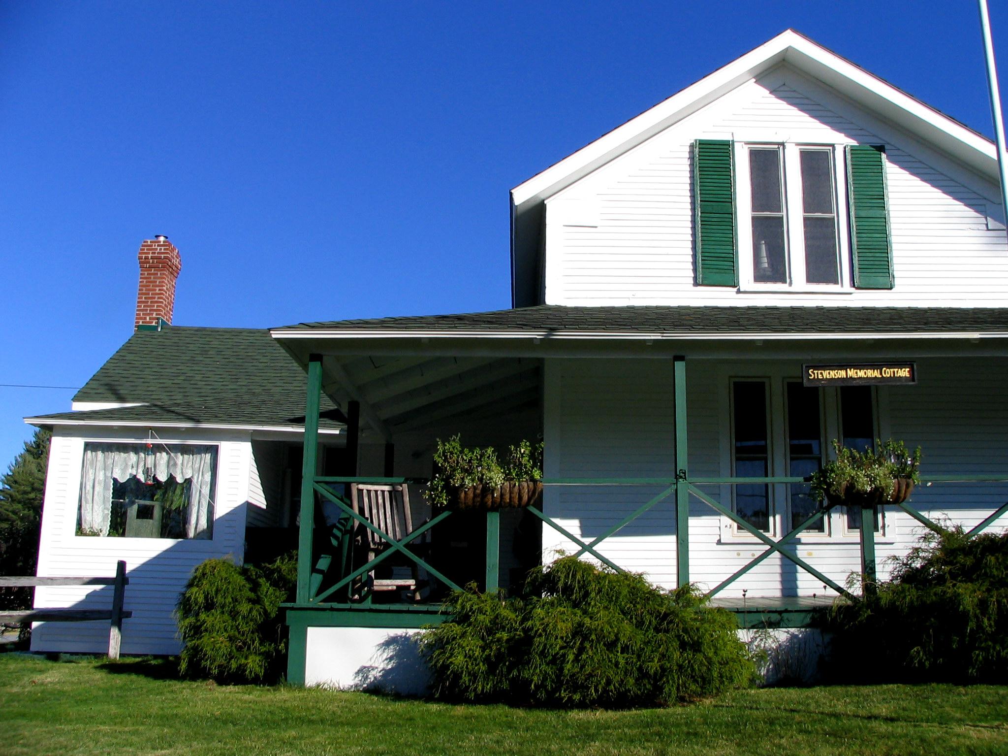 https://upload.wikimedia.org/wikipedia/commons/d/d0/Saranac_Lake_-_Stevenson_Cottage.jpg
