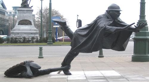 File:Statue tripping.jpg
