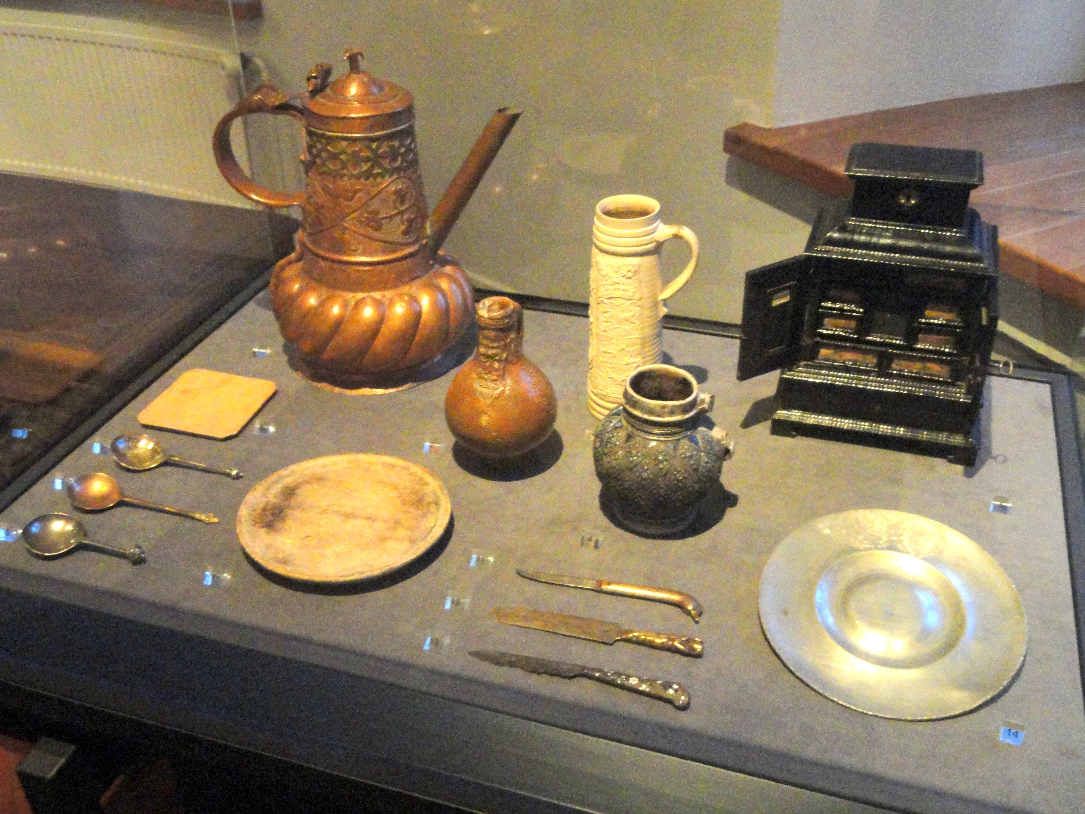 FileTableware 17th century - National Museum of Finland - DSC04256.JPG & File:Tableware 17th century - National Museum of Finland - DSC04256 ...