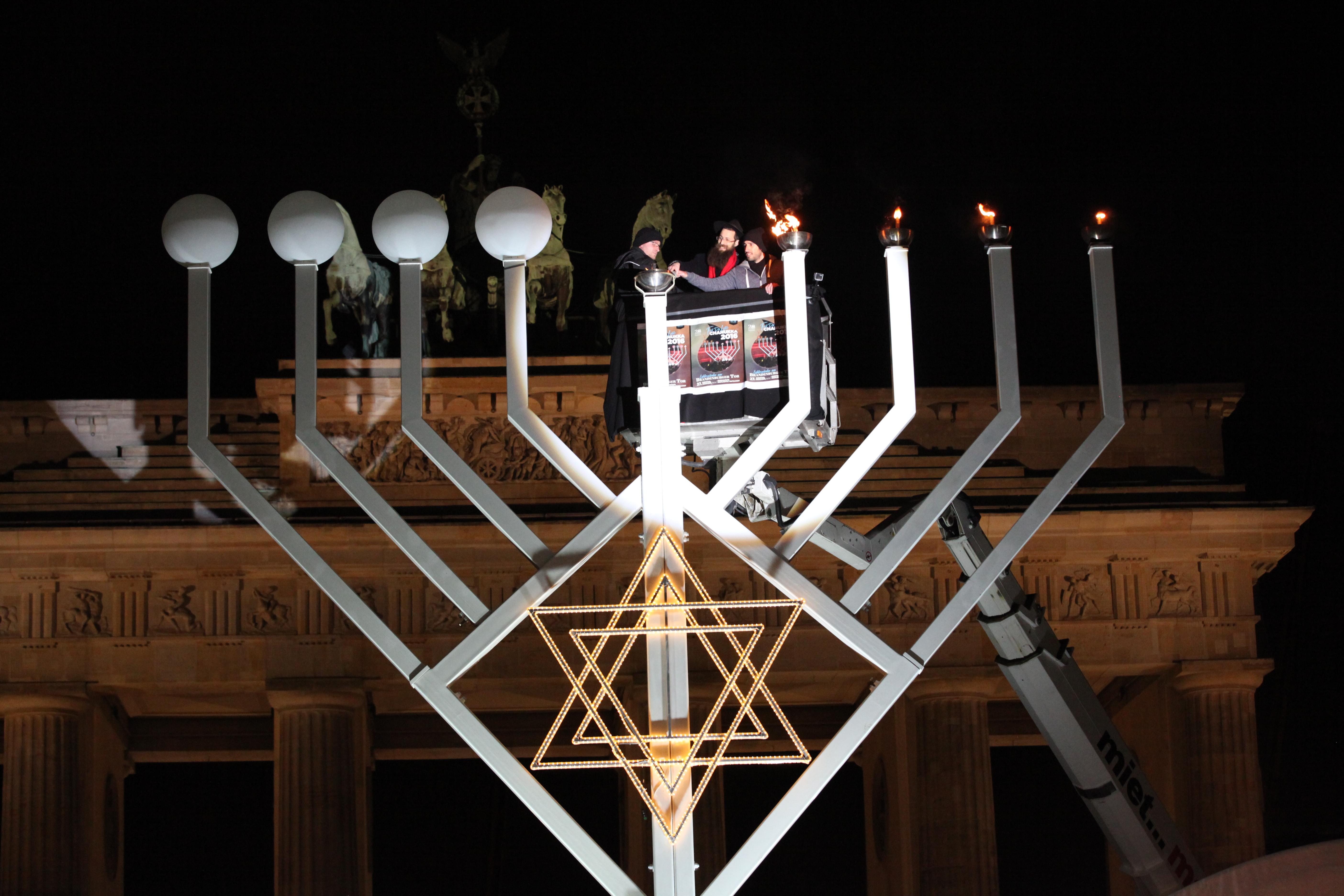 File:The Ceremony Of The Lighting Of The Menorah At Pariser Platz.  (31931186685