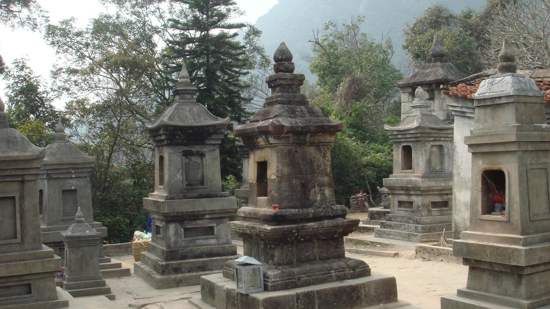 Vườn tháp Huệ Quang, nơi lưu giữ các di tích tháp mộ của các Thiền sư, tăng, ni Thiền phái Trúc Lâm.