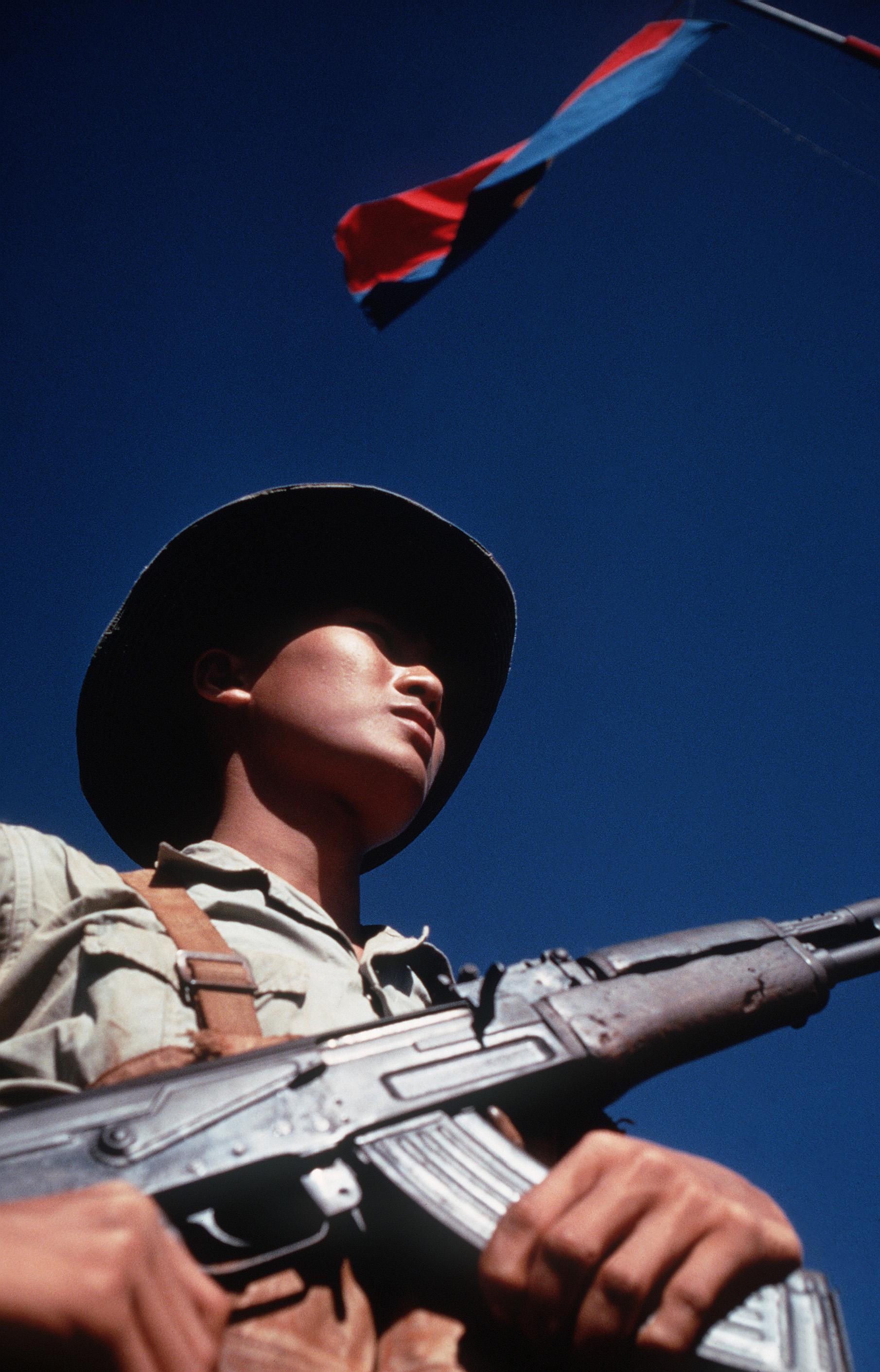 Description Viet Cong soldier DD-ST-99-04298.jpg