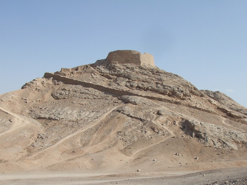 https://upload.wikimedia.org/wikipedia/commons/d/d0/Zoroastrians%27_Tower_of_Silence.jpg