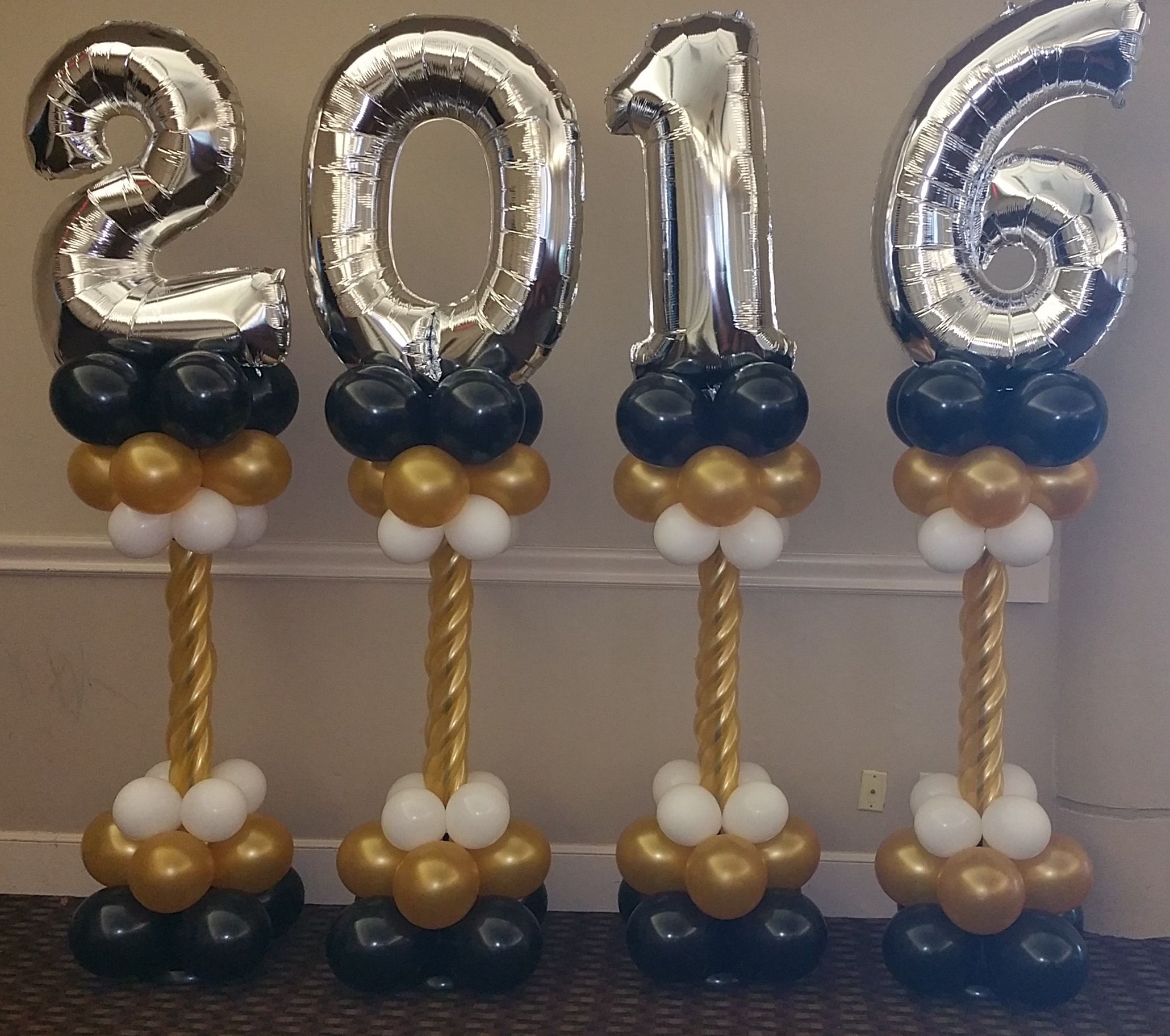 File 2016 graduation balloon wikimedia for Balloon decoration ideas for graduation