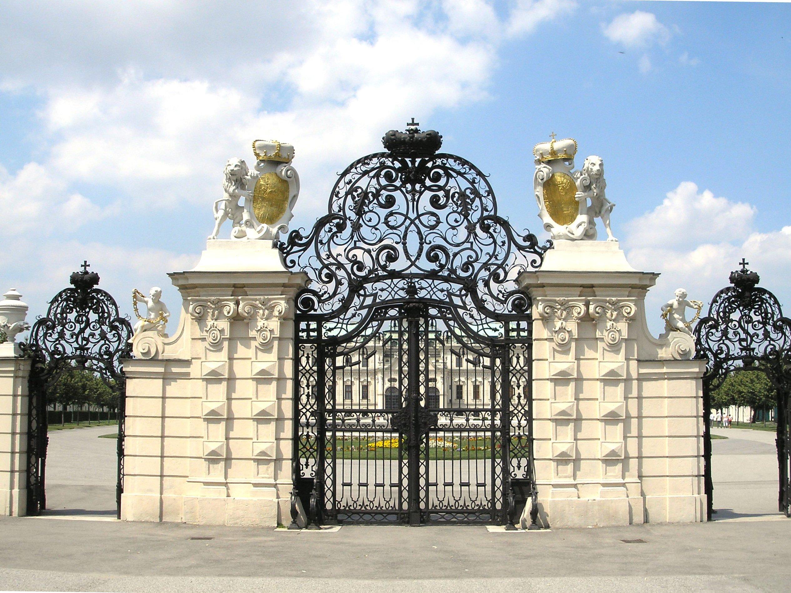 Das Haupttor zum Oberen Belvedere mit Löwen, die das Wappen des Prinzen von Savoyen tragen; Zugang vom Landstraßer Gürtel