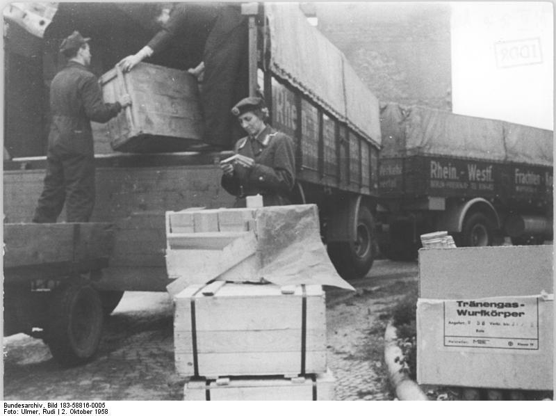 Datei:Bundesarchiv Bild 183-58816-0005, Tränengasbomben für Westberliner Wahlen.jpg