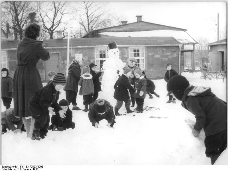 Bundesarchiv Bild 183-70823-0003, Niepars, Kindergartenkinder beim Spielen im Schnee