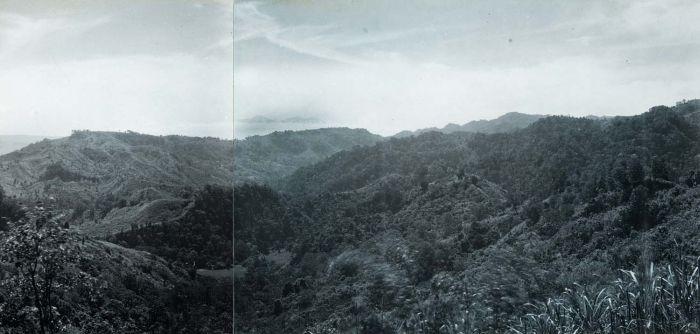 File:COLLECTIE TROPENMUSEUM Berglandschap tussen Djampang en de Wijnkoops-baai TMnr 60016744.jpg