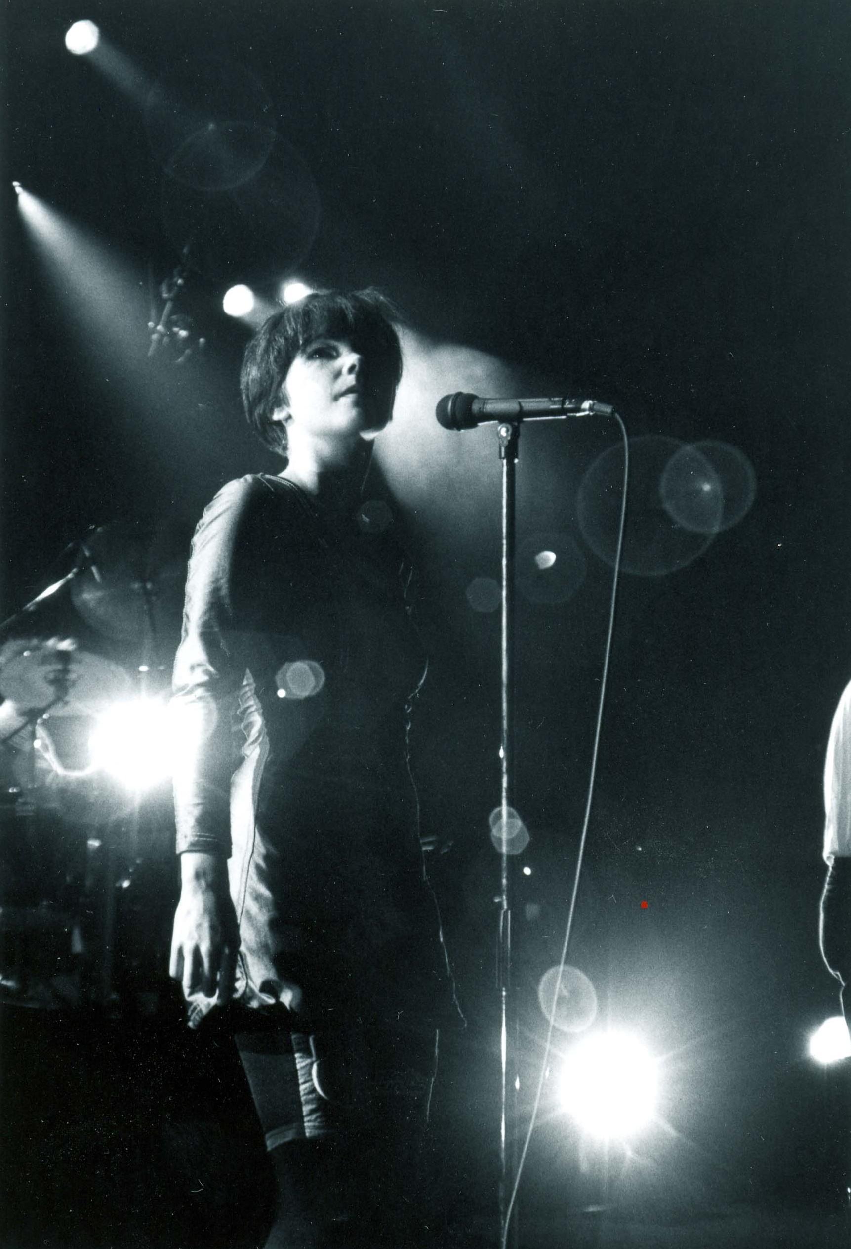 Björk cantando en Japón junto a los Sugarcubes, en sus inicios.