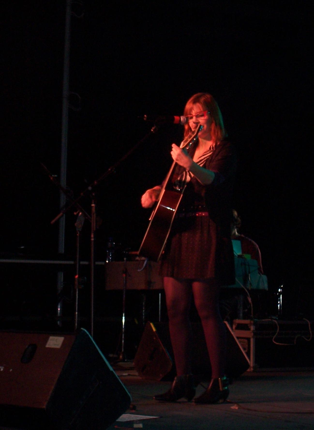 Fabiana Cantilo brindando un recital en 2008.