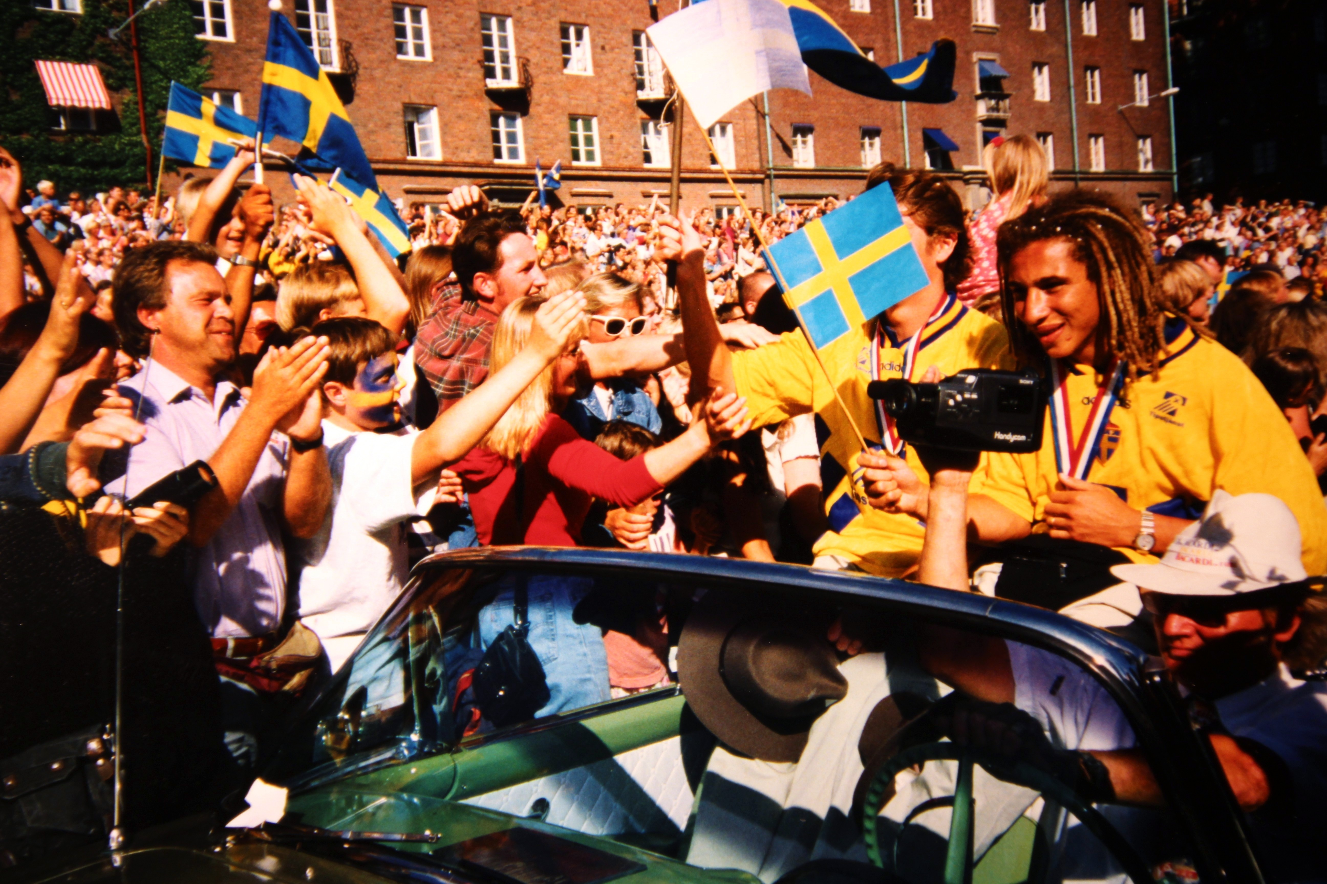 File:Football players Pontus Kåmark Henrik Larsson, July 18, 1994.jpg