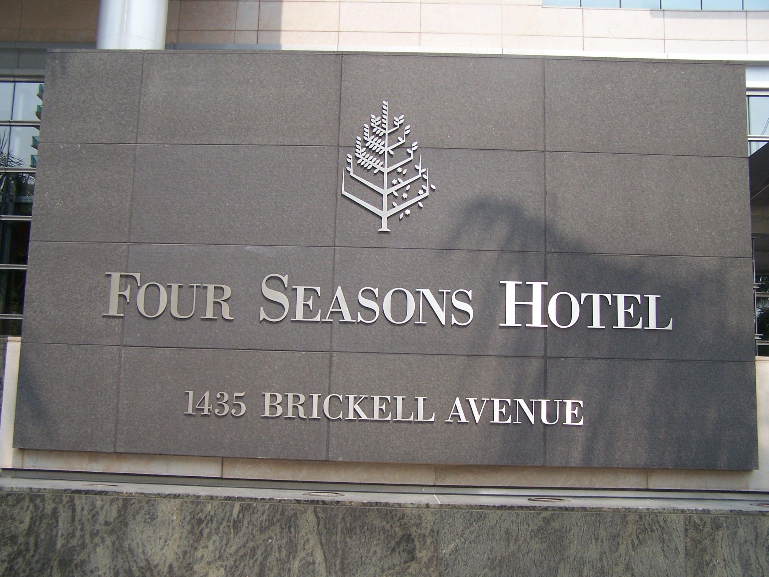 File Four Seasons Hotel Sign Miami Jpg Wikimedia Commons