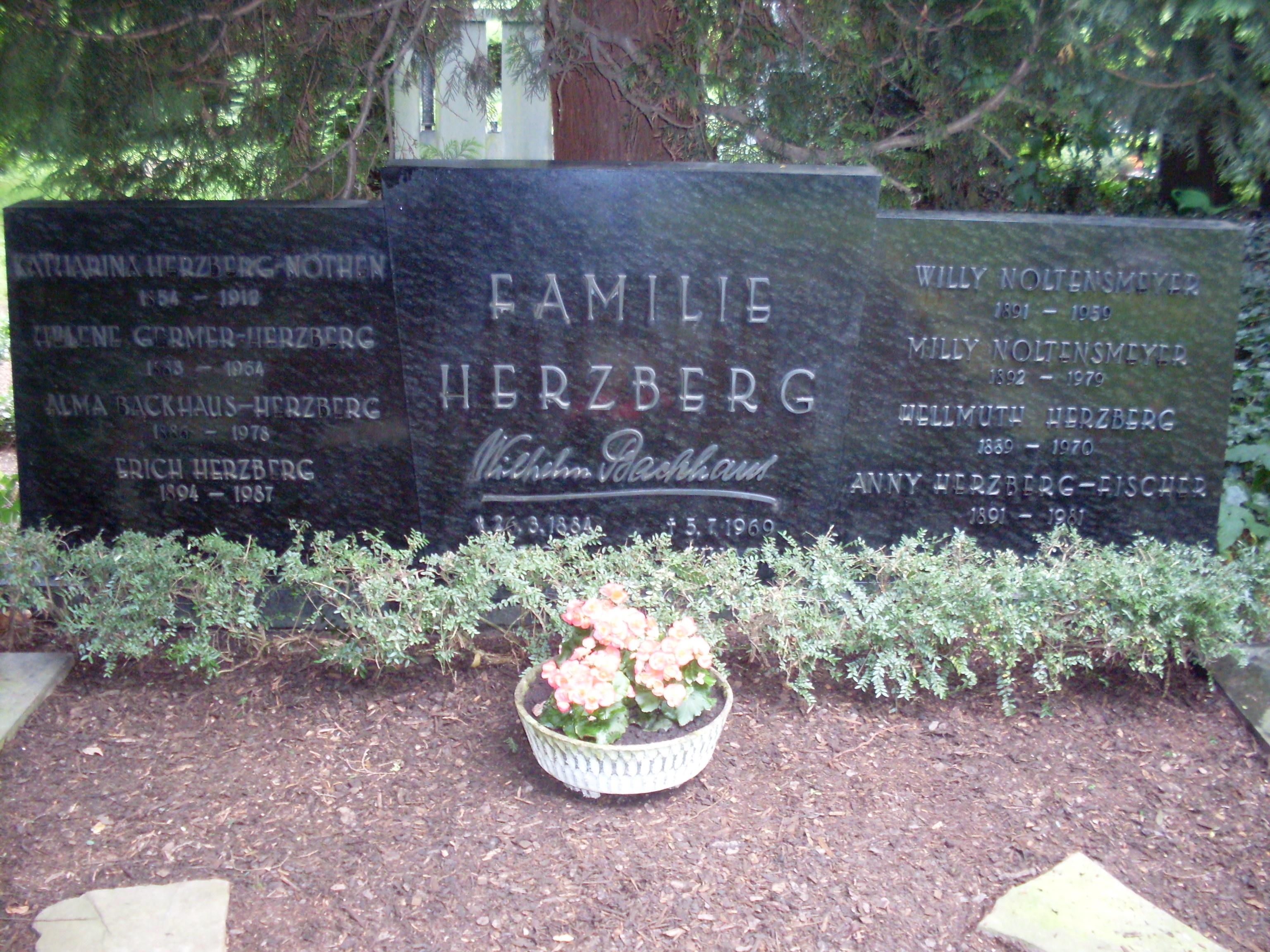 Familiengrab der familie herzberg auf dem kölner melaten friedhof jpg