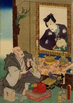 Ein Mann kniet vor einem Andachtsbild und gestaltet ein Ikebana.