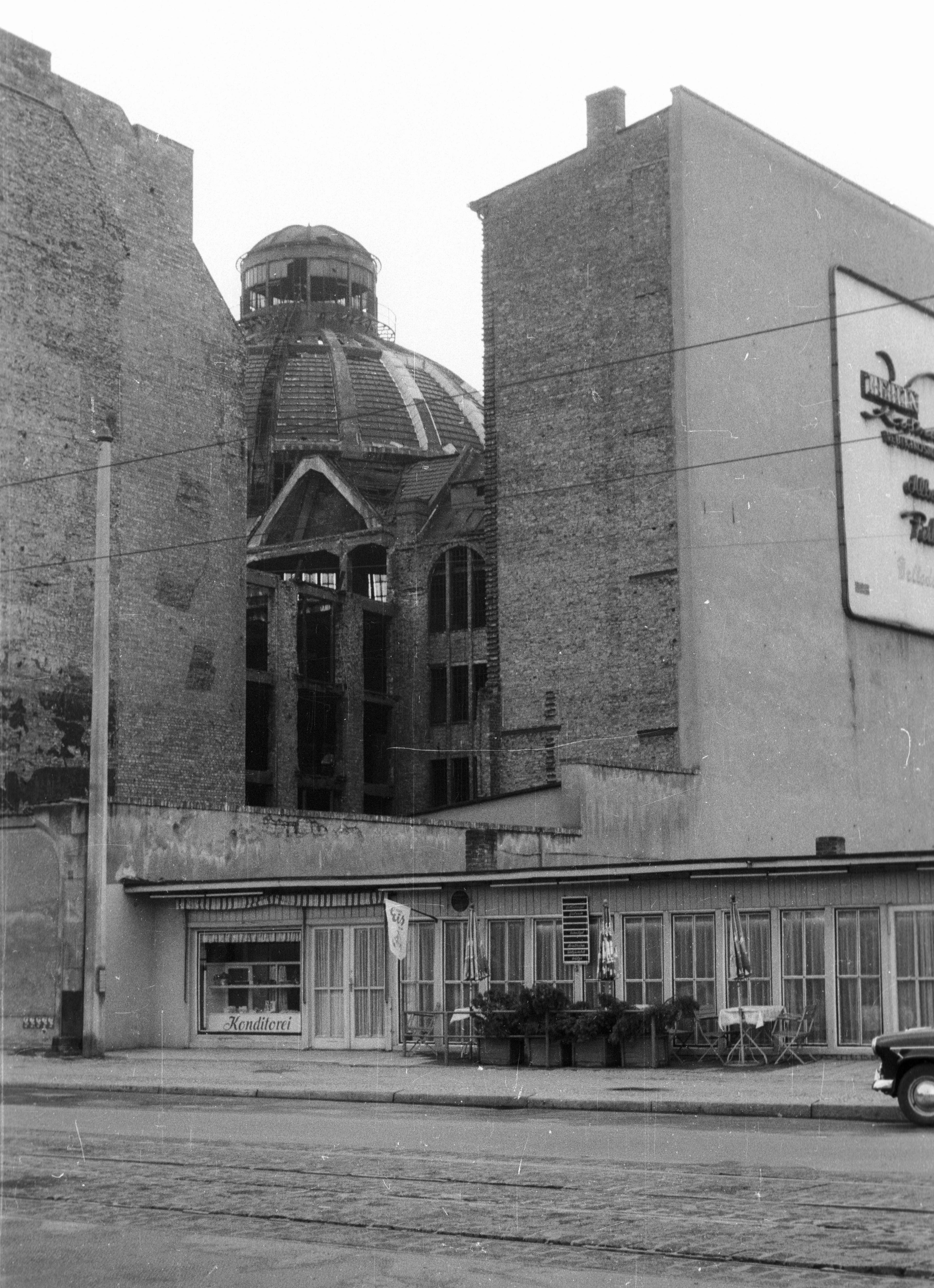 File Kelet Berlin Kunsthaus Tacheles azelött Haus der
