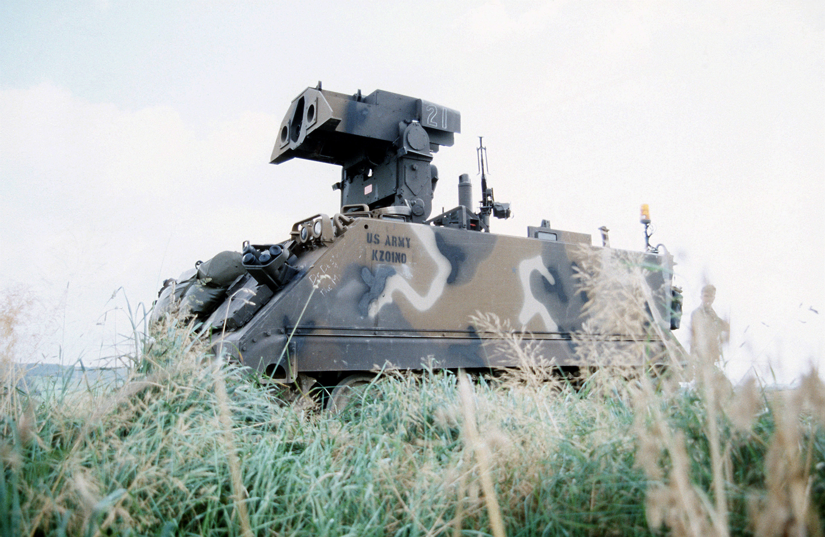 https://upload.wikimedia.org/wikipedia/commons/d/d1/M901_TOW_missile_vehicle_(1985).JPEG
