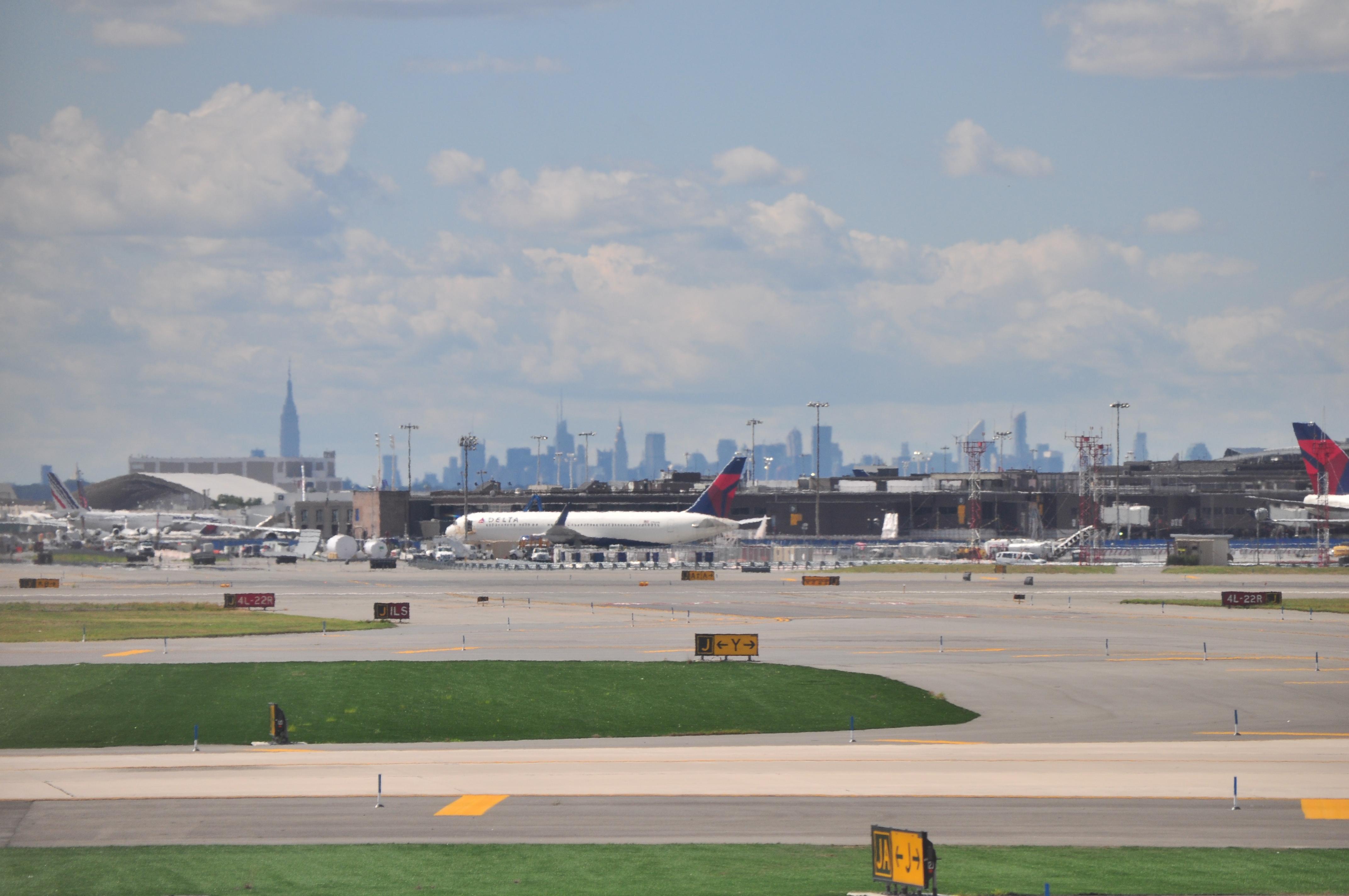 Elicottero Jfk Manhattan : File manhattan skyline from jfk  g