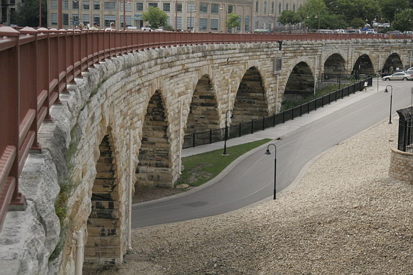 https://upload.wikimedia.org/wikipedia/commons/d/d1/Minneapolis_Old_Stone_Arch_Bridge_Curve.jpg