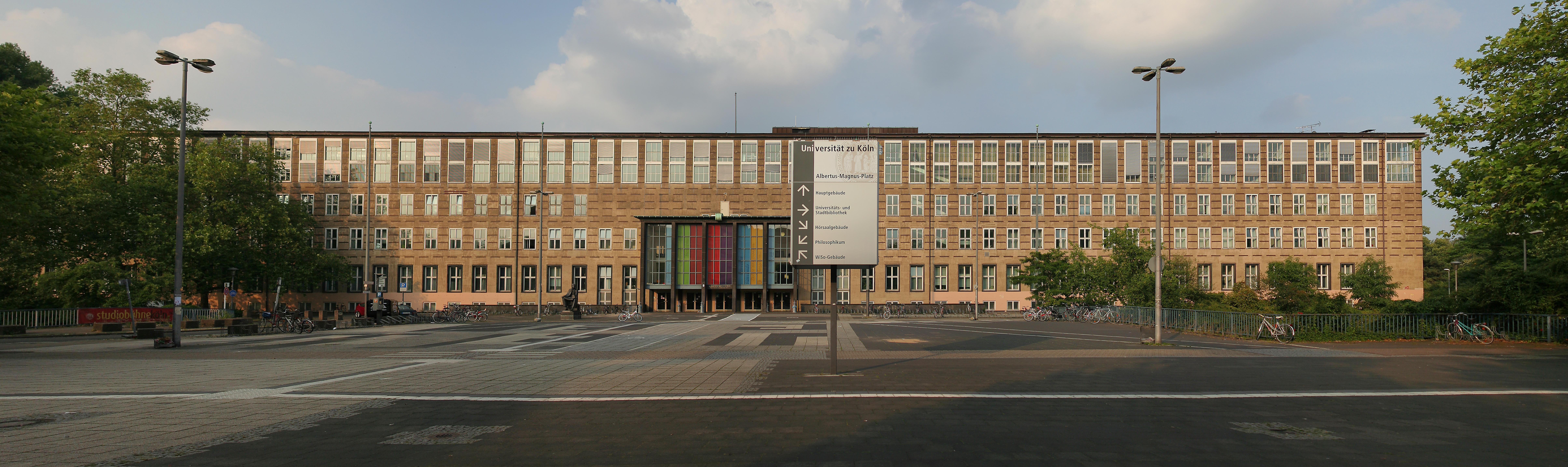 Главный корпус университета на площади Альберта Великого