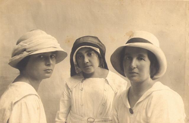 שלוש גננות צעירות