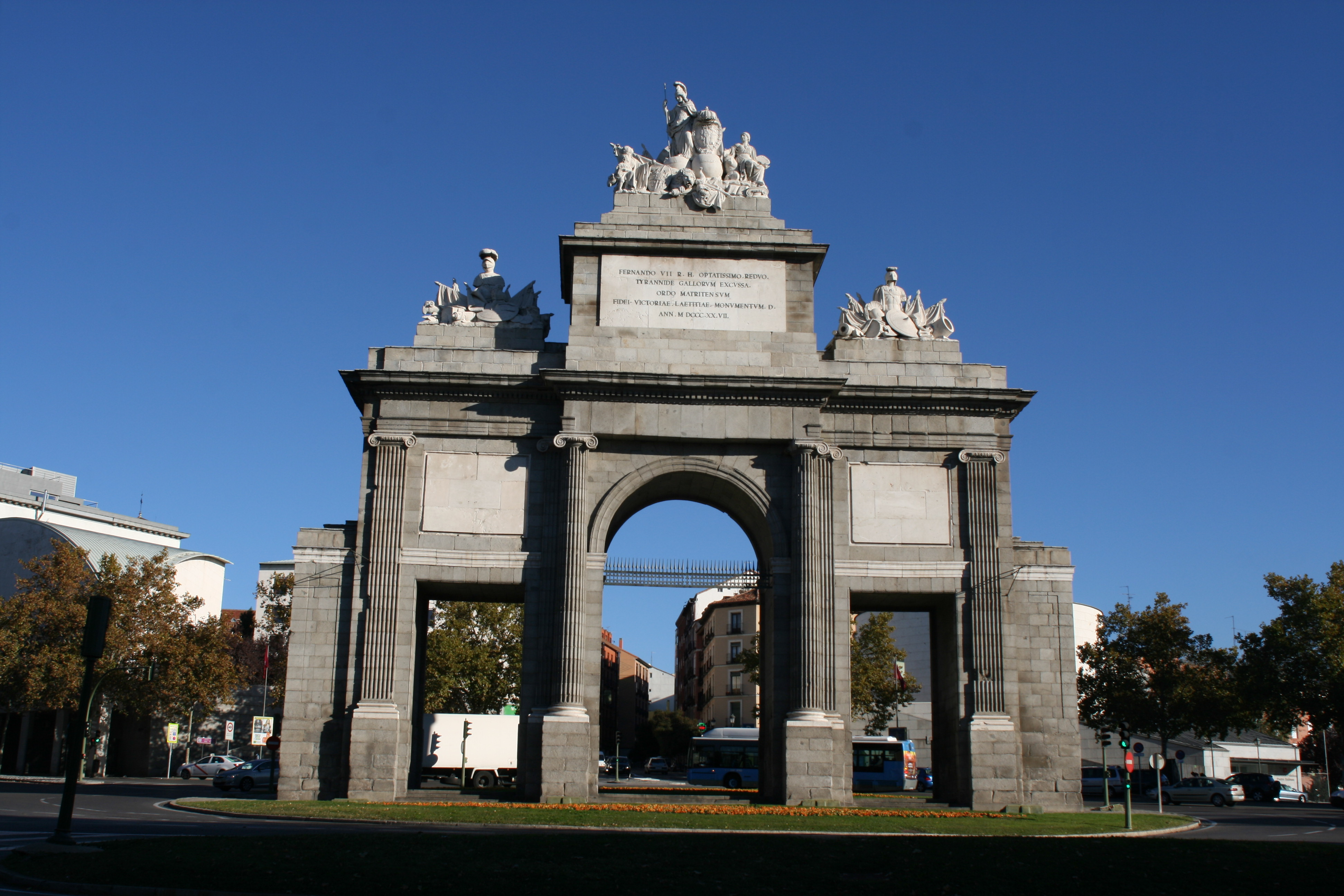 File puerta de toledo madrid 2013 jpg wikimedia commons for Shoko puerta de toledo