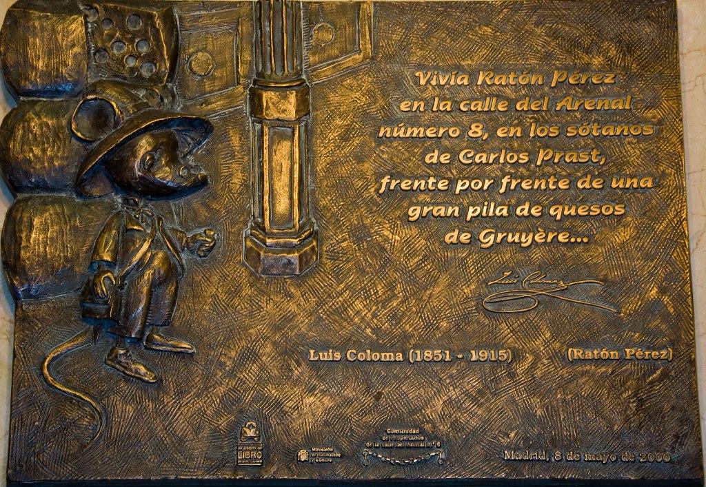Placa conmemorativa en el mismo lugar donde el padre Luis Coloma (que fue quien popularizó entre los niños en España, a finales del siglo XIX) situó la vivienda del Ratoncito Pérez, en la Confitería Prast de la calle Arenal número 8 de Madrid.