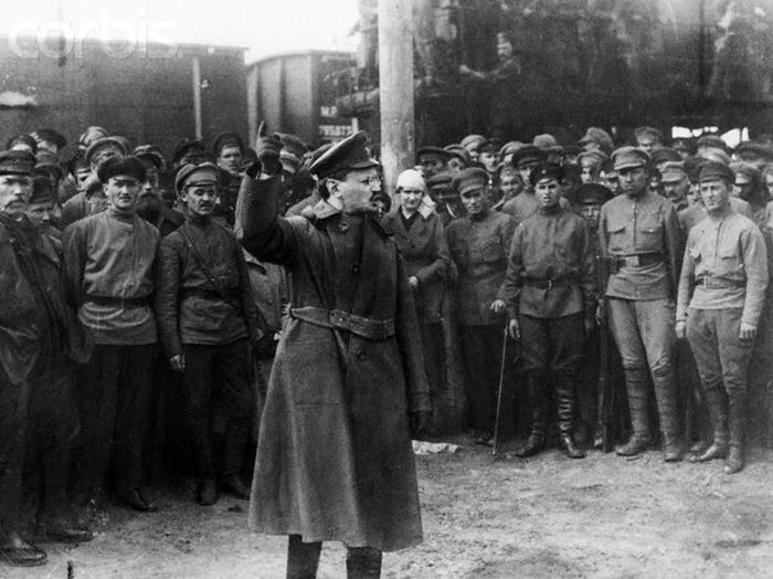 León Trotski, dirigiéndose a la Guardia Roja.