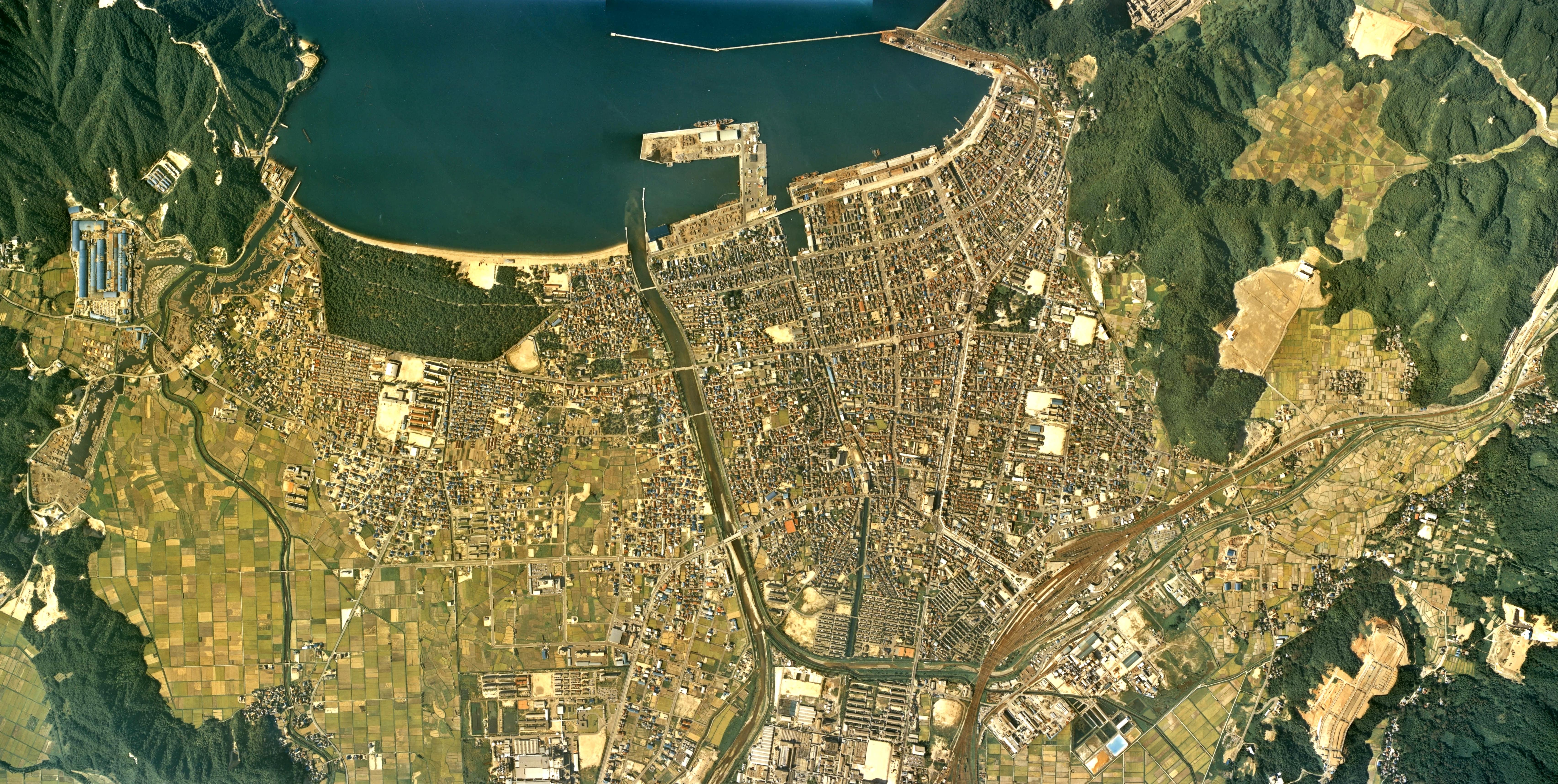 ファイル:Tsuruga city center area Aerial photograph.1975.jpg