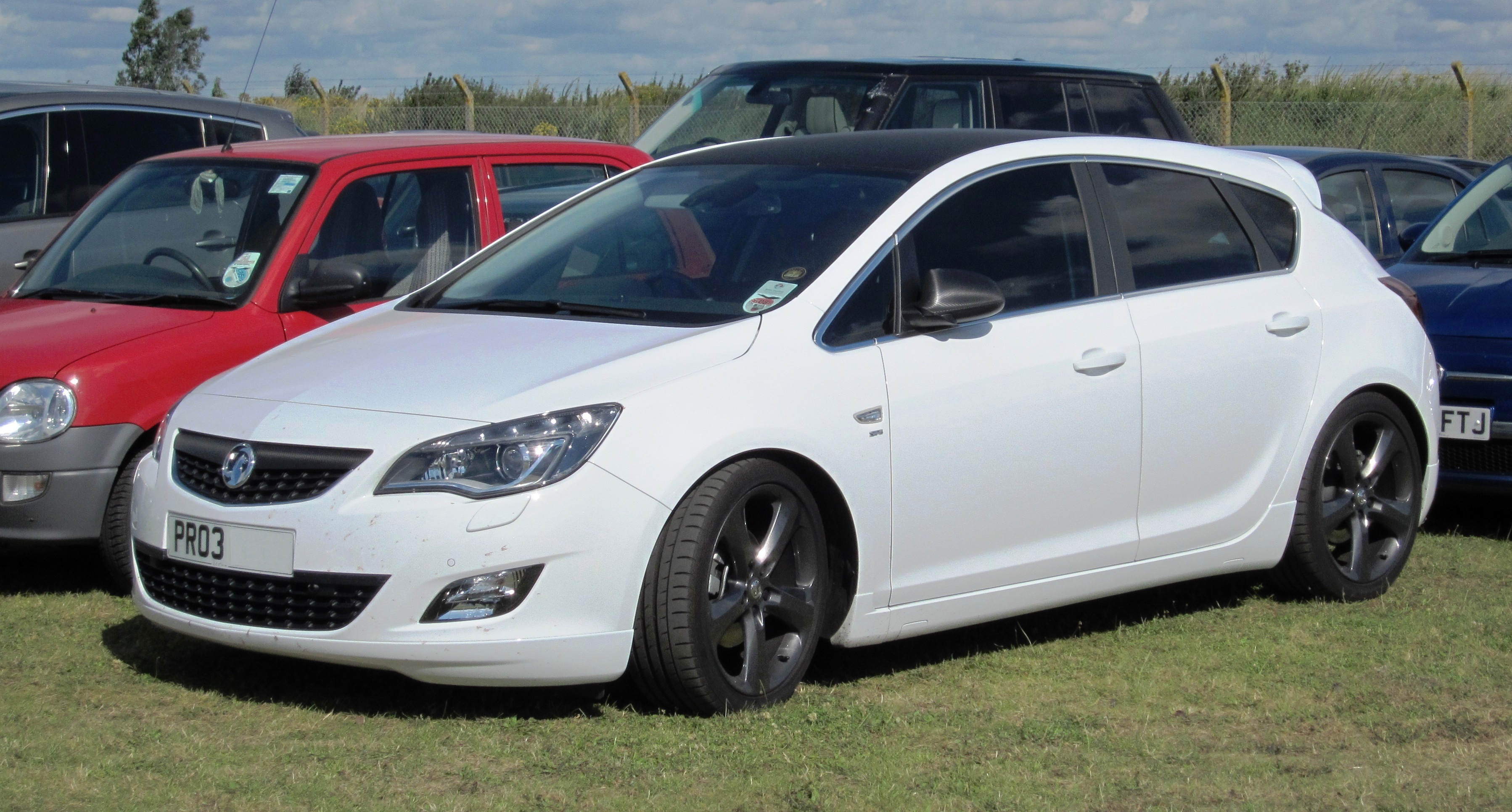 https://upload.wikimedia.org/wikipedia/commons/d/d1/Vauxhall_Astra_1686cc_Reg_Sep_201002.jpg