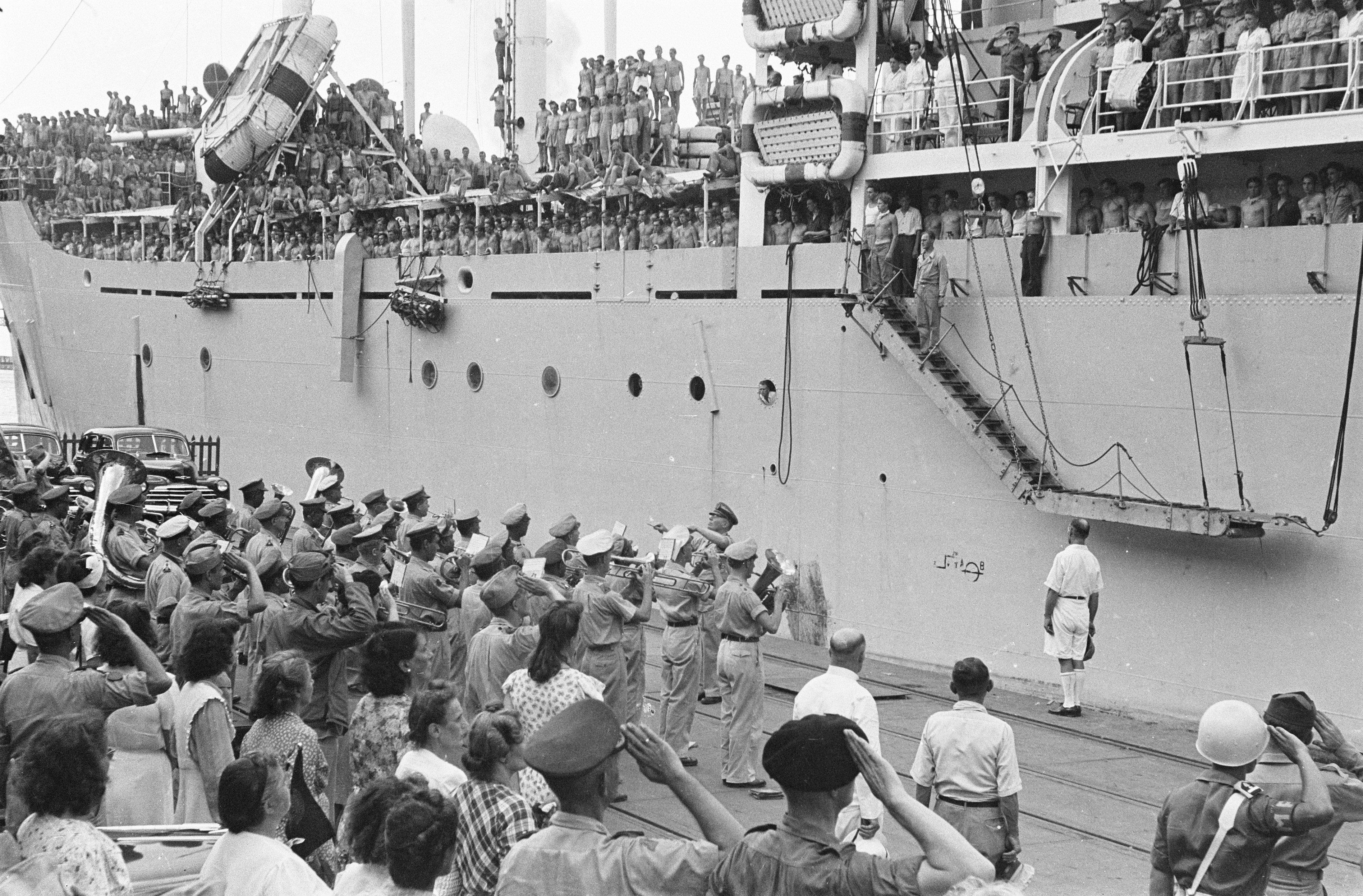 File:Vertrek van een troepentransportschip uit Tandjong Priok. Stafmuziek KNIL speelt, Bestanddeelnr 6751.jpg