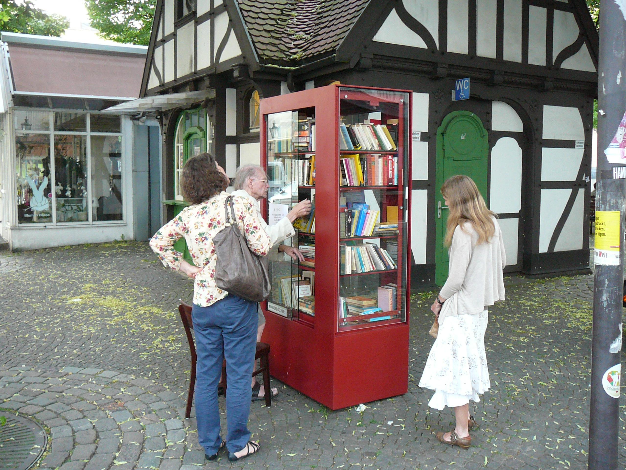 Öffentliche Bücherbox in Wuppertal, Friedrich Ebert Str. - Quelle: WikiCommons, Einzelheiten siehe Artikelende